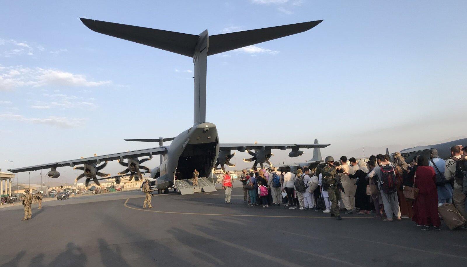 Беженцы в аэропорту Кабула