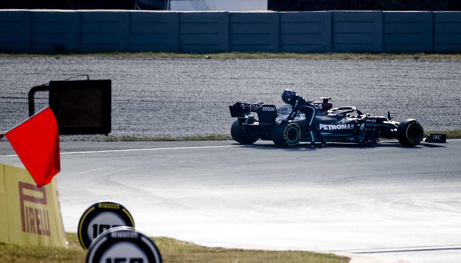 Lewis Hamilton proovis seisma jäänud vormelit ka veidike lükata.