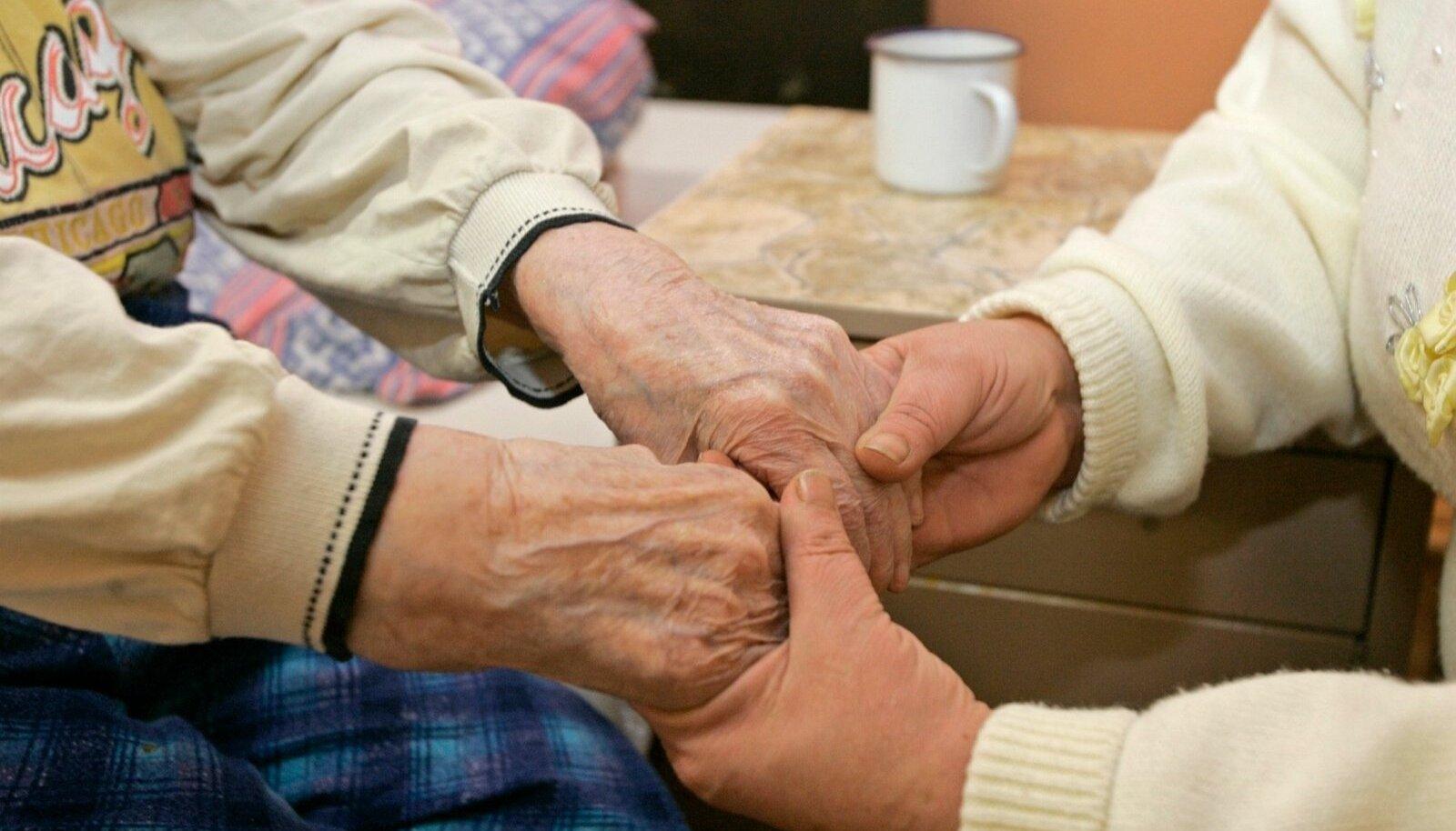Hooldekodutöötaja kätes on habras inimelu