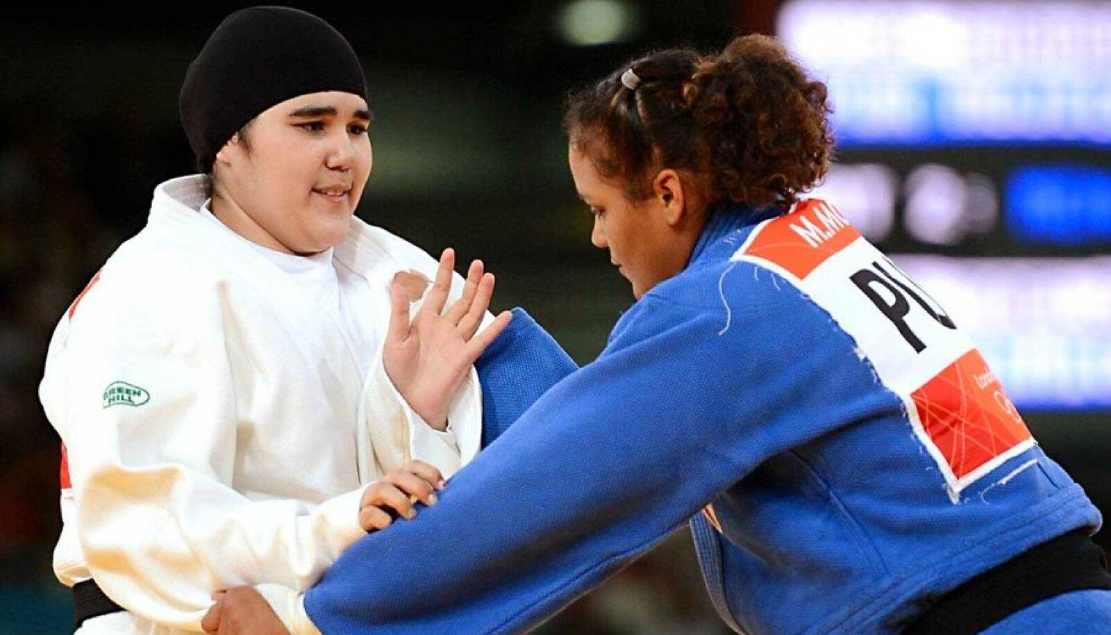 Kombekalt kaetud: Wojdan Shaherkani (vasakul) on esimene Saudi Araabia naissportlane olümpial. (Foto: Scanpix)