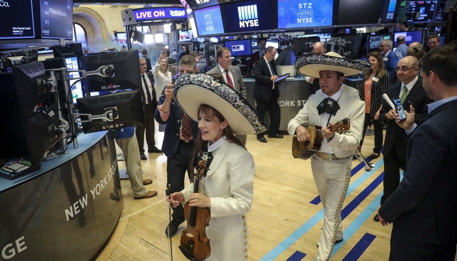 Mehhiko bänd reedel New Yorgi börsil enne sulgemiskella esinemas. Dow Jonesi tööstuskeskmine kerkis reedel enam kui 300 punkti.