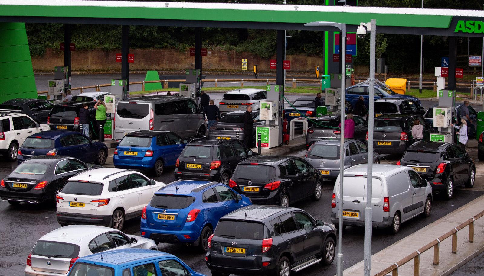 Bristoli linnas asuvas bensiinijaamas oli neljapäeval pikk järjekord.