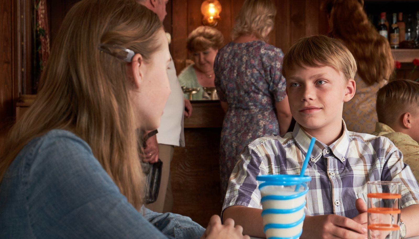 Andres (Rasmus Ermel) igatseb Rootsi ema juurde, kasvades Võrus vanavanemate karmi käe all. Õppeedukus on halb. Klassikaaslased kiusavad. Esimene armastus (Aurora Aleksandra Künnapas) toob kaasa omad piinlikud juhtumised.