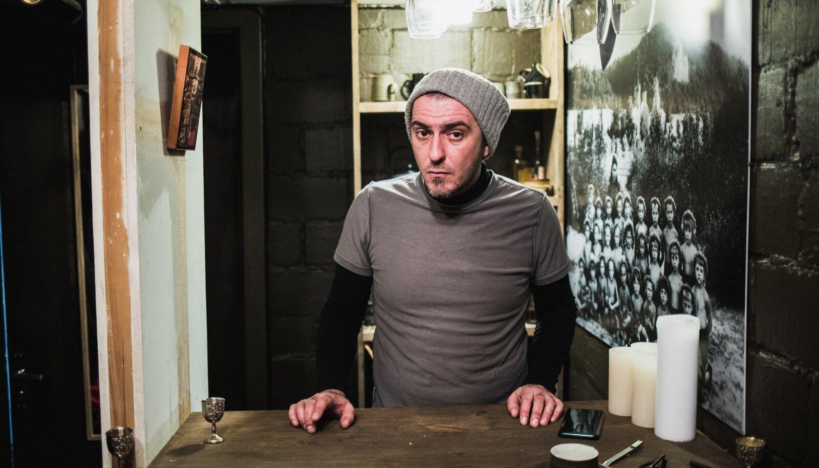 Jevgeni Zolotko ateljee on küll ainult seitsmeruutmeetrine, aga seal on baar, lavats ja külaliste istumiskohad.