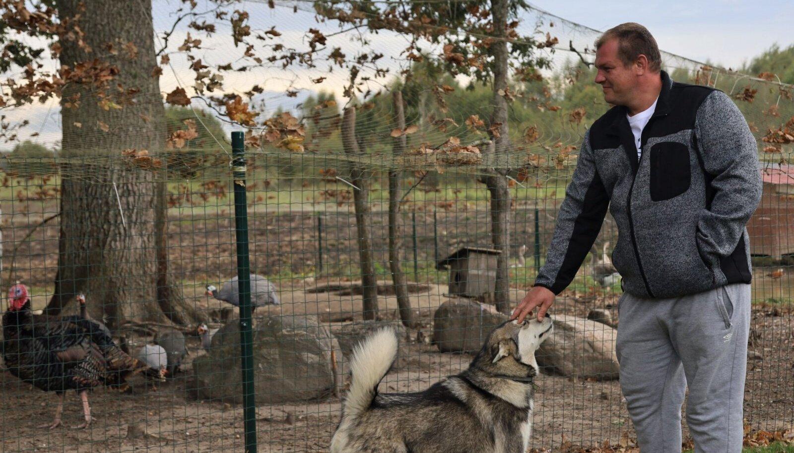 Erlend Jablonski oma kodutalu loomadega.
