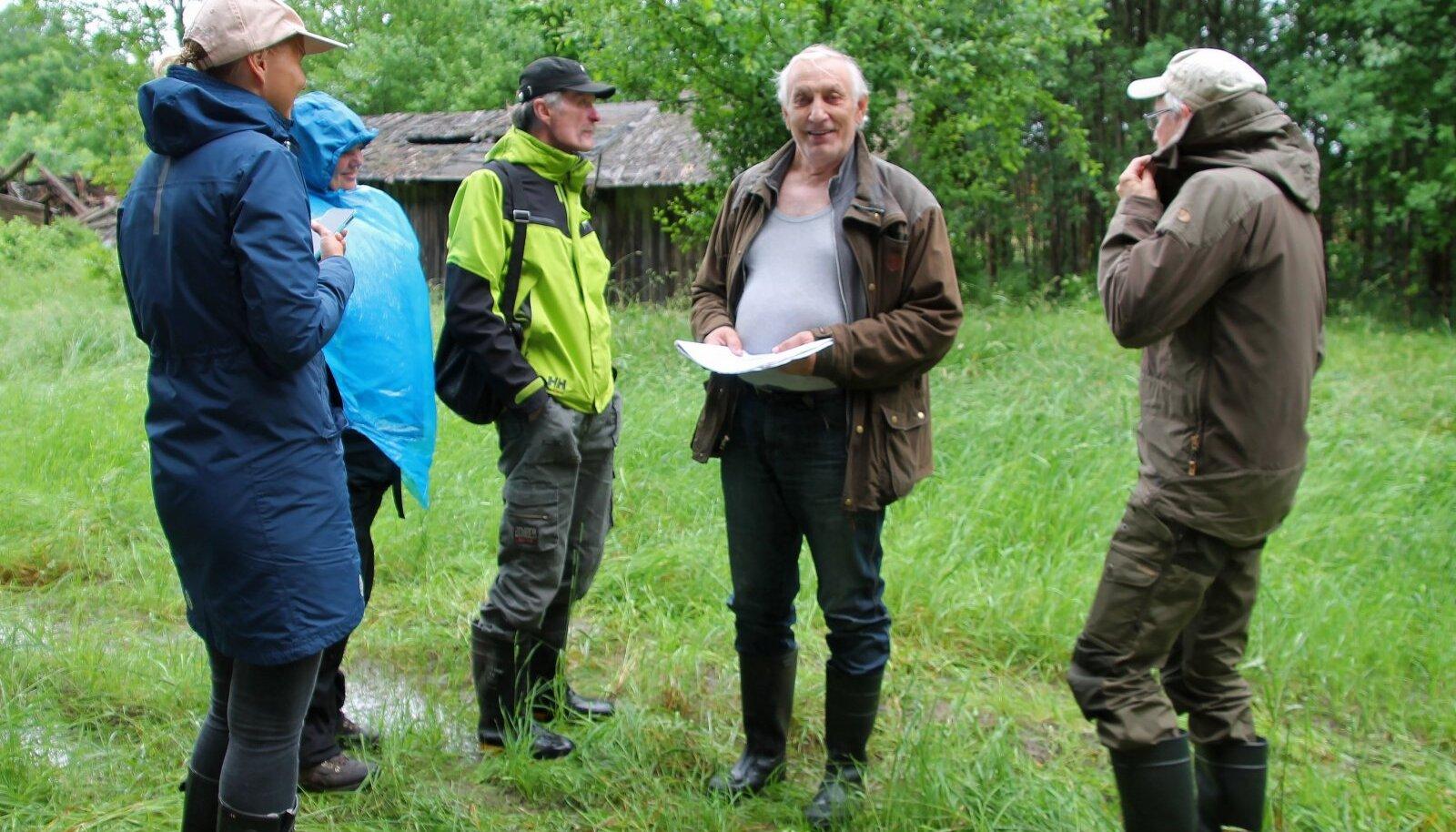 Ülo Tuvi (keskel) viimas parima metsamajandaja konkursi žürii liikmeid oma maid vaatama. Iga eraldise kohta oskab mees kõneleda, milliseid töid seal on tehtud ja missugune vaatepilt kohast enne tööde tegemist avanes.