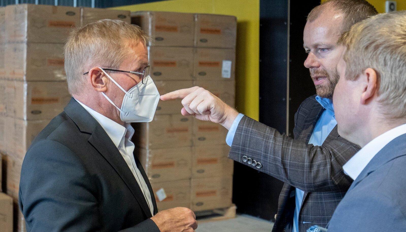 Minister Jaak Aab (vasakul) ütleb, et riigi tehtud hankega tulid maskid Eestise märksa odavamalt, kui näitas OCCRP ja EPL-i uuring.