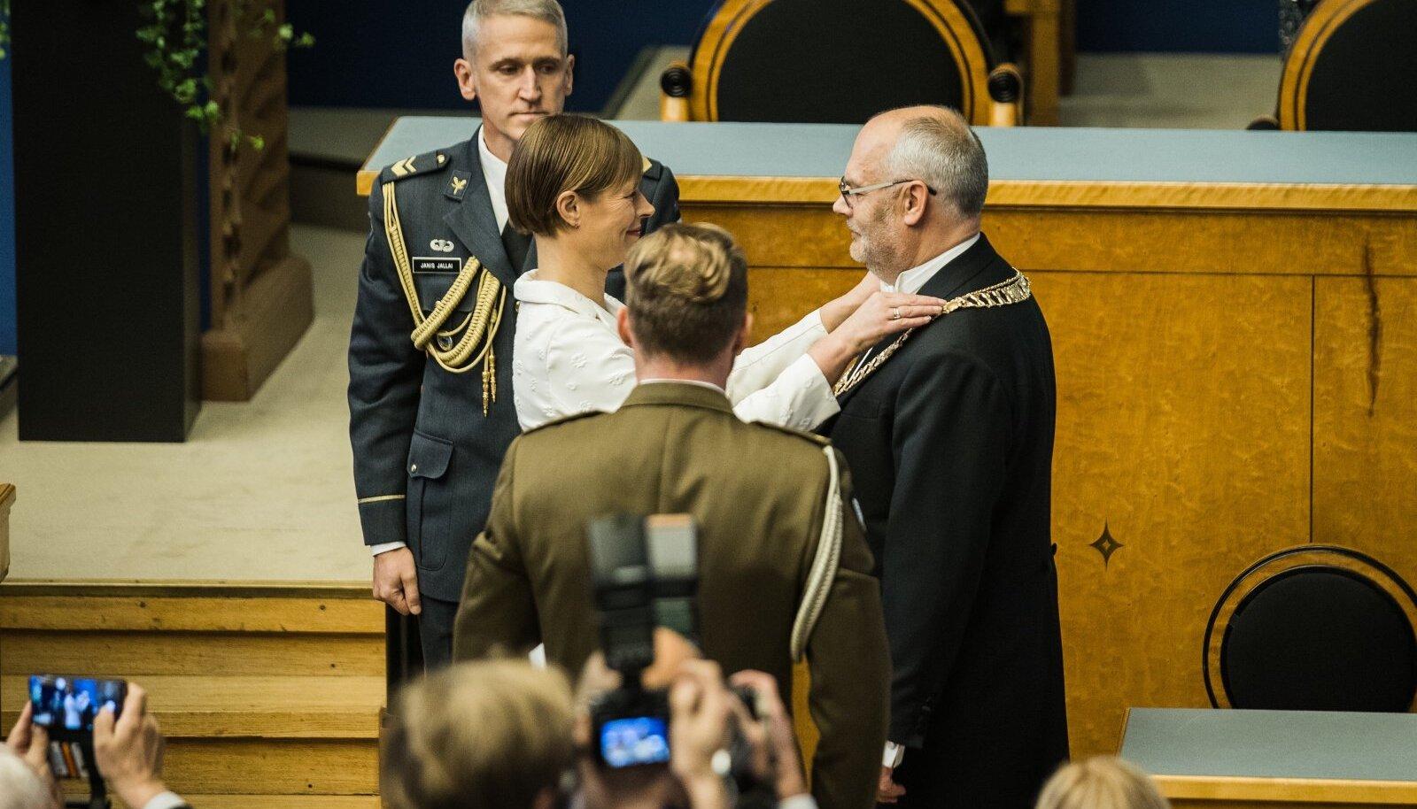 Karise saatus järgmiseks viieks aastaks selgus riigikogus juba ligi poolteist kuud tagasi, kuid kivisse raiuti see nüüd, kui Kaljulaid parlamendisaalis ametiketi üle andis.