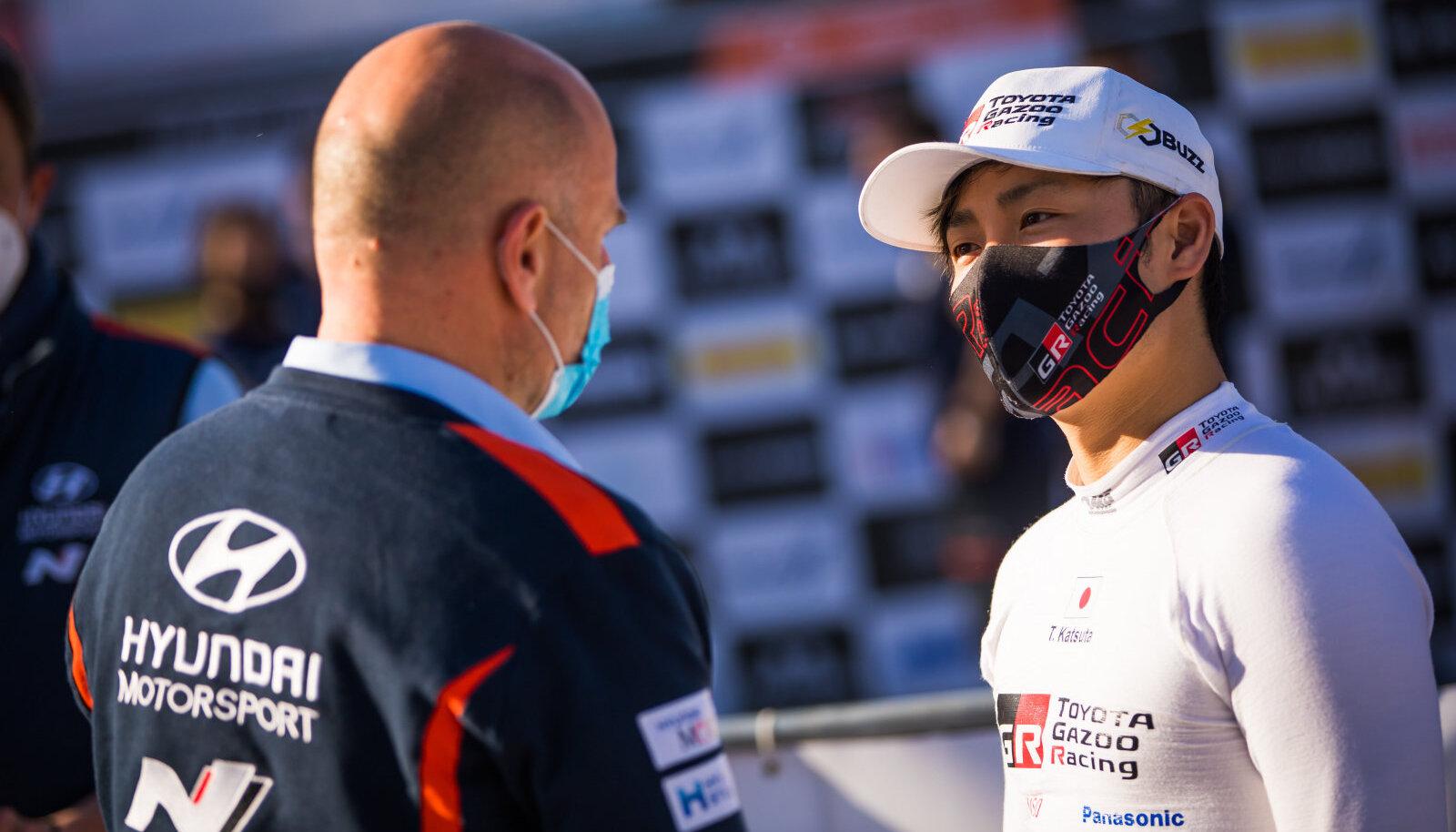 Takamoto Katsuta rääkimas Horvaatia rallil Andrea Adamoga.