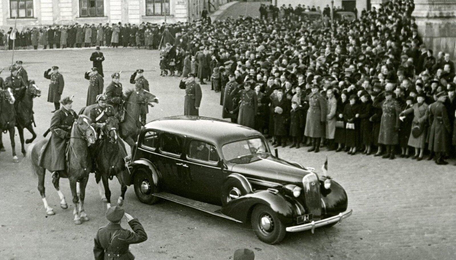ТОРЖЕСТВЕННЫЙ МОМЕНТ: Только что избранный президент Константин Пятс покидает замок Тоомпеа, чтобы отправиться в Кадриоргский дворец.