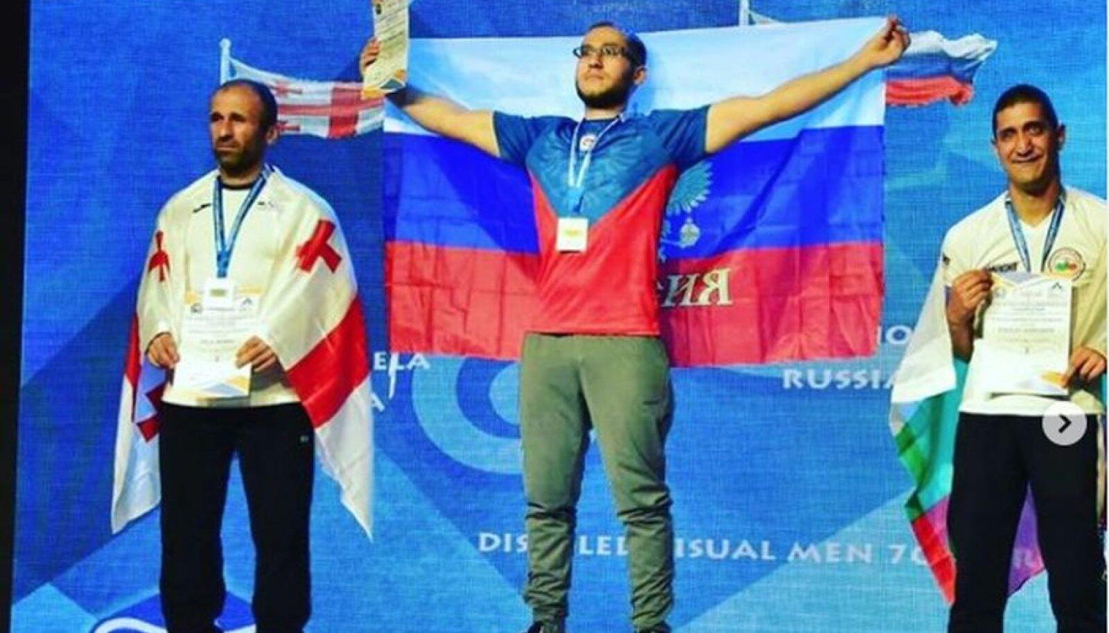 Aslan Temirsultanov (keskel)