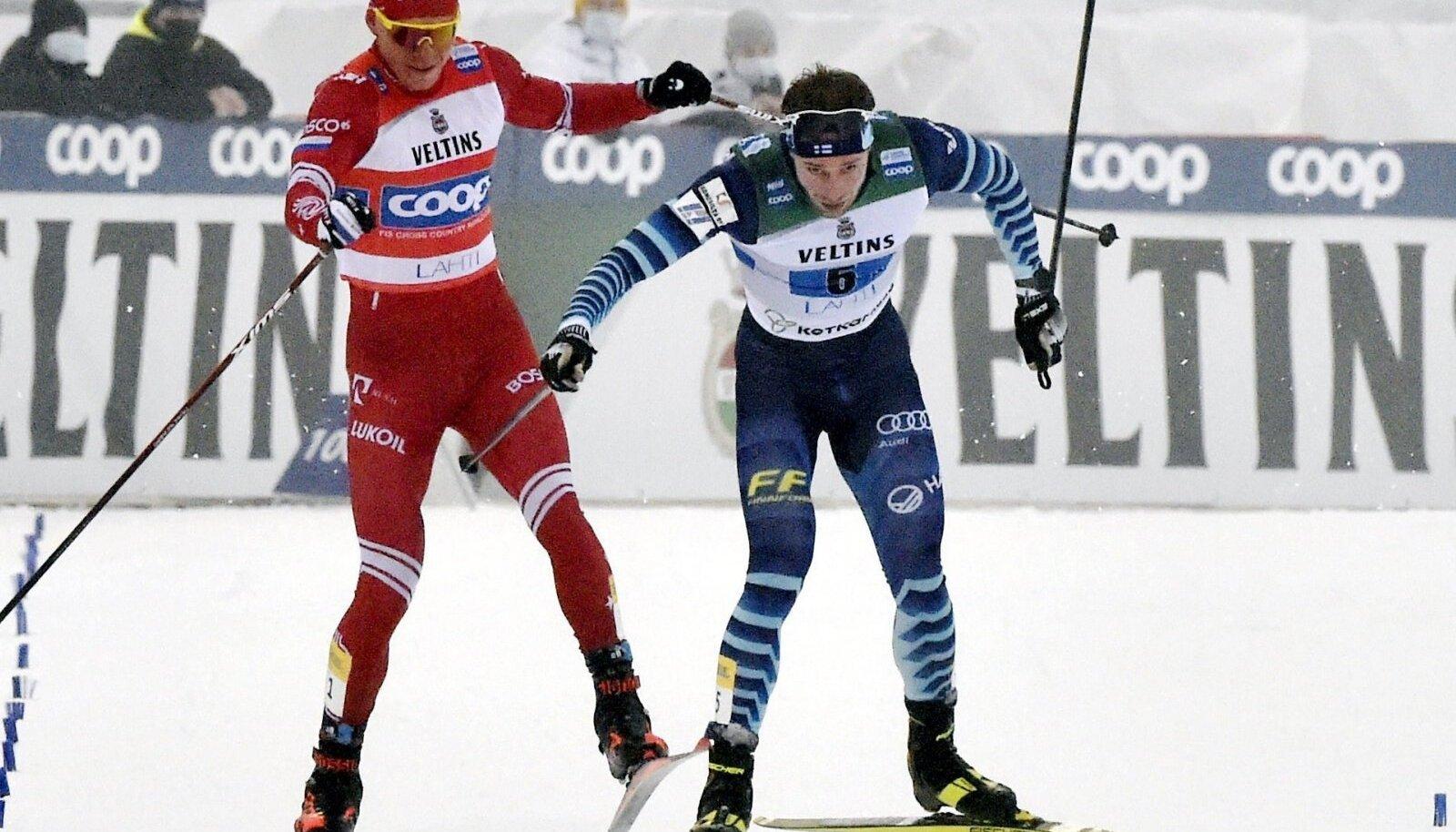 Aleksandr Bolšunov ja Joni Mäki finišisirgel.