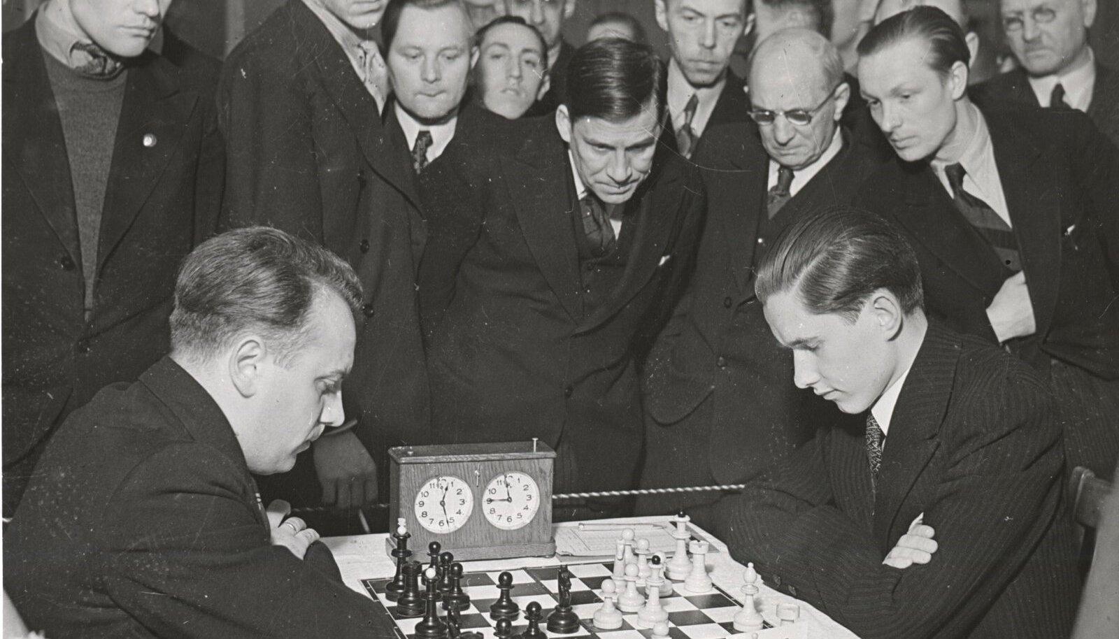 Rahvusvaheline suurmeister Paul Keres (paremal) mängimas Läti meistri Petrovskiga Eesti-Läti malemaavõistlustel Tallinnas.