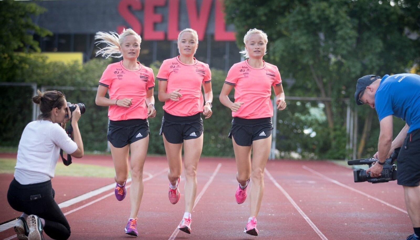 Kolmikutest maratoonaritele (vasakult: Lily, Liina ja Leila Luik) on osaks saanud arvestatavalt palju rahvusvahelist meediatähelepanu. Pildil jäädvustavad õdede jooksu Associated Pressi ajakirjanikud.