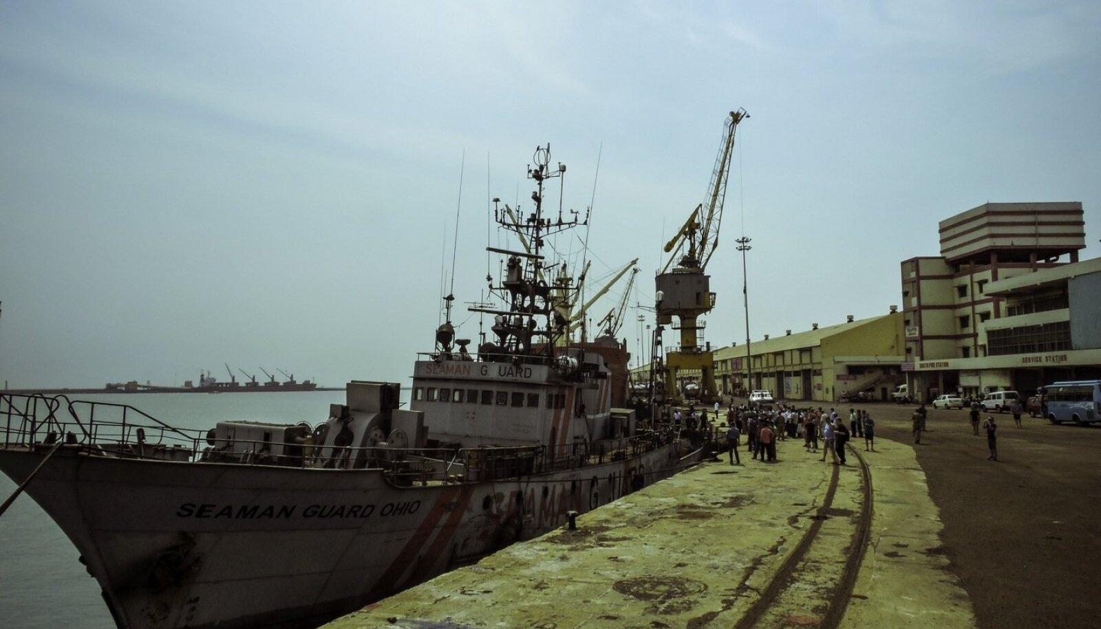 Seaman Guard Ohio, mis piraadiküti eelmisel aastal tehtud fotol Indias kai ääres roostetas, pole ametlike dokumentide järgi üldse laev, vaid paat. Aluse omanik on kadunud kui vits vette.