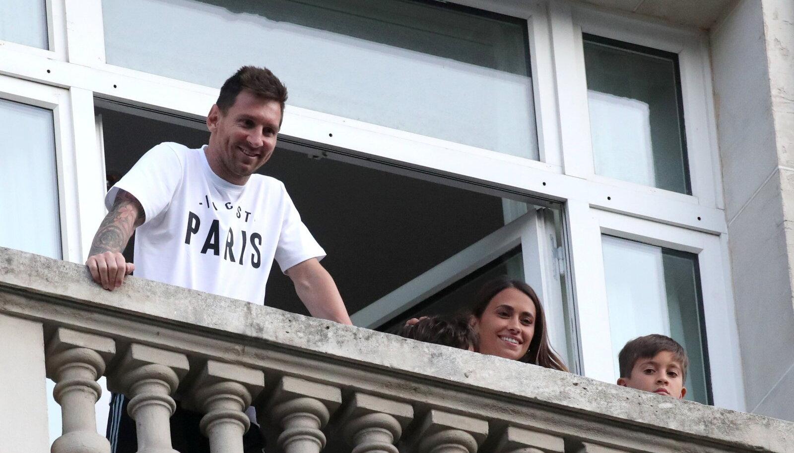 Lionel Messi koos perega Pariisi hotelli rõdult PSG fänne tervitamas.