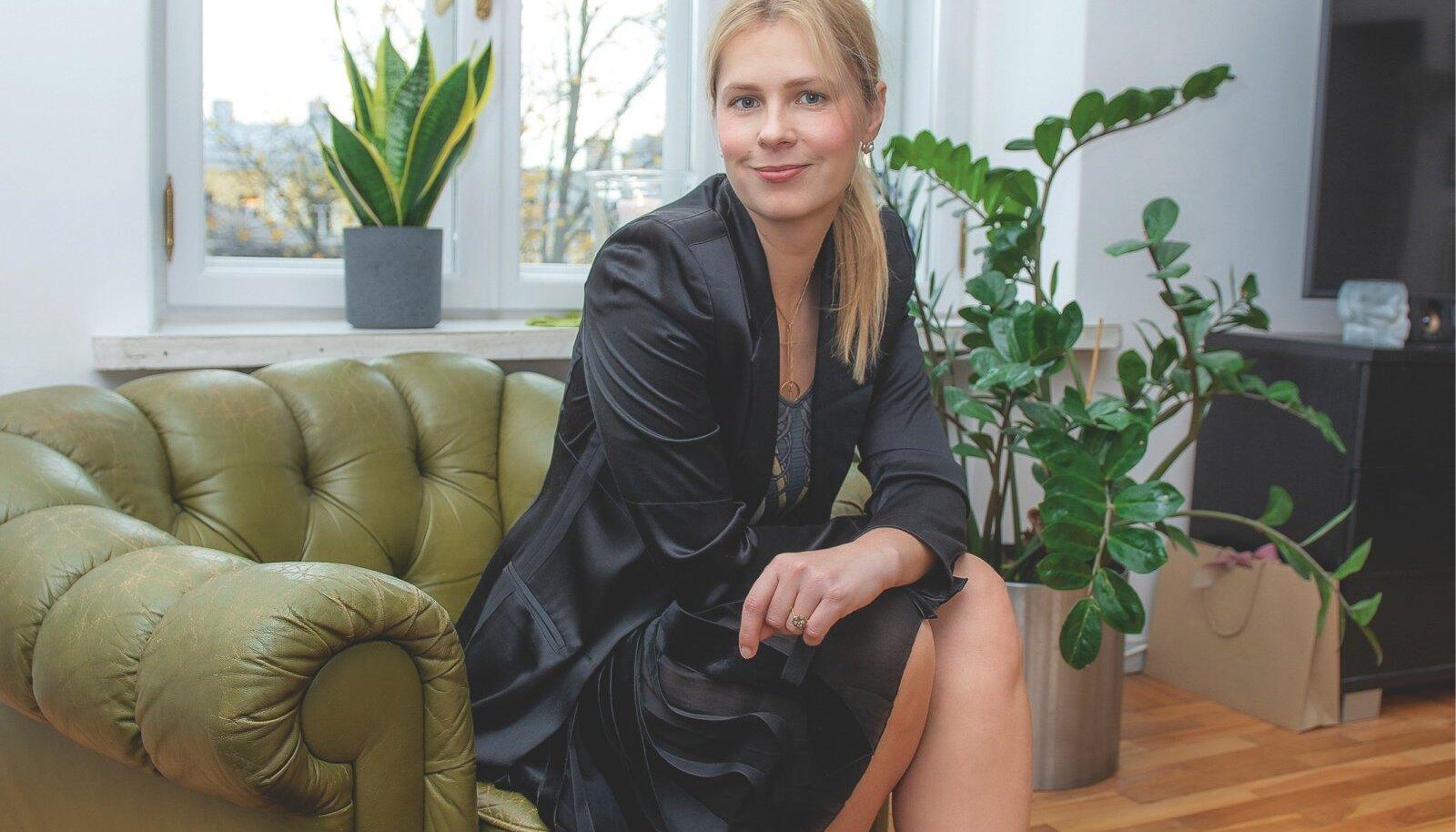 Iga moegurmaani garderoobis peab leiduma Yves Saint Laurenti must pintsak! Katrin kombineerib enda oma Lanvini lahtistest ribadest seeliku ja McQueeni topi ning poolsaabastega.