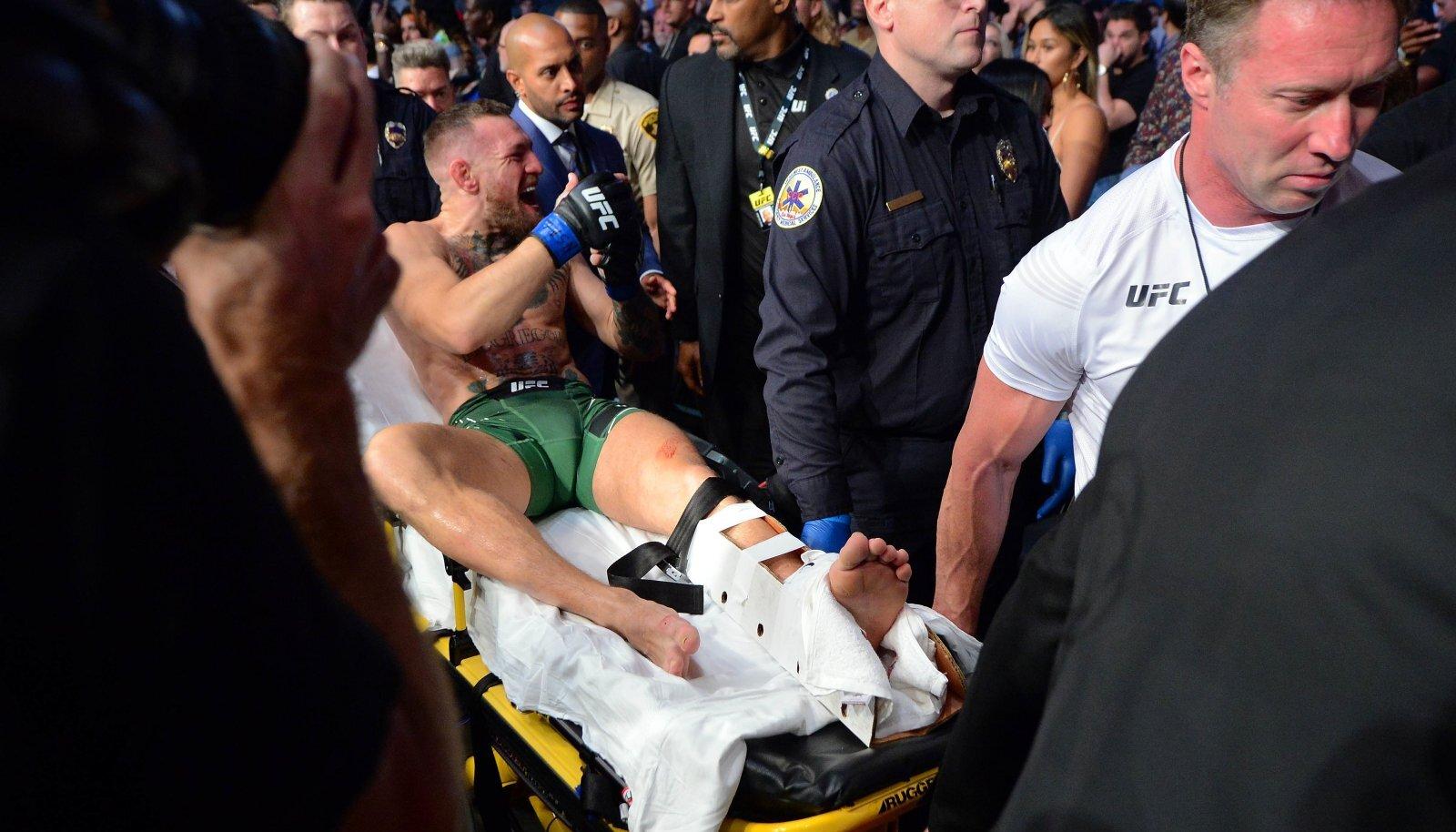 Conor McGregor lahkus areenilt kanderaamil.