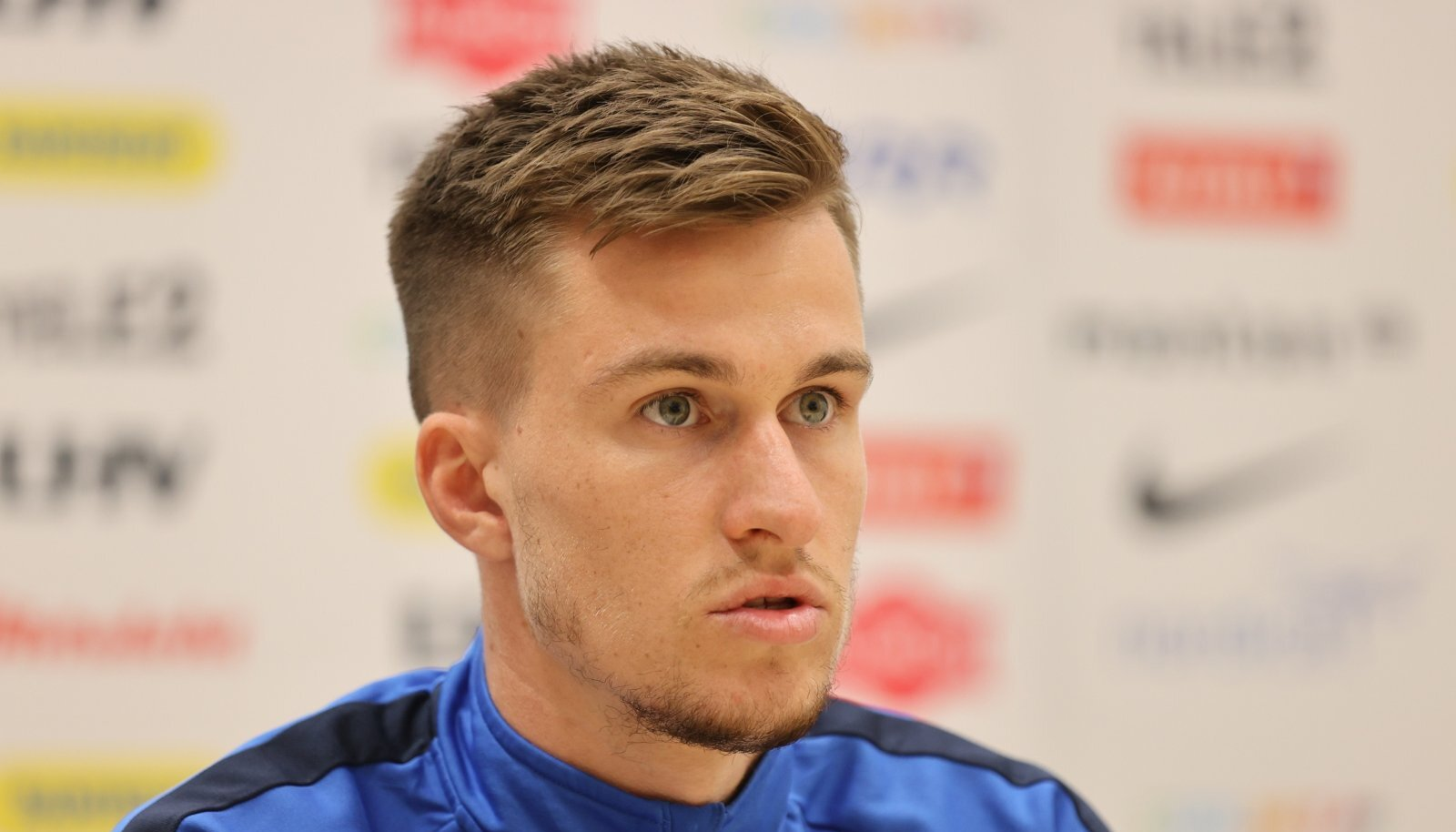 Mattias Käit Eesti jalgpallikoondise pressikonverentsil.