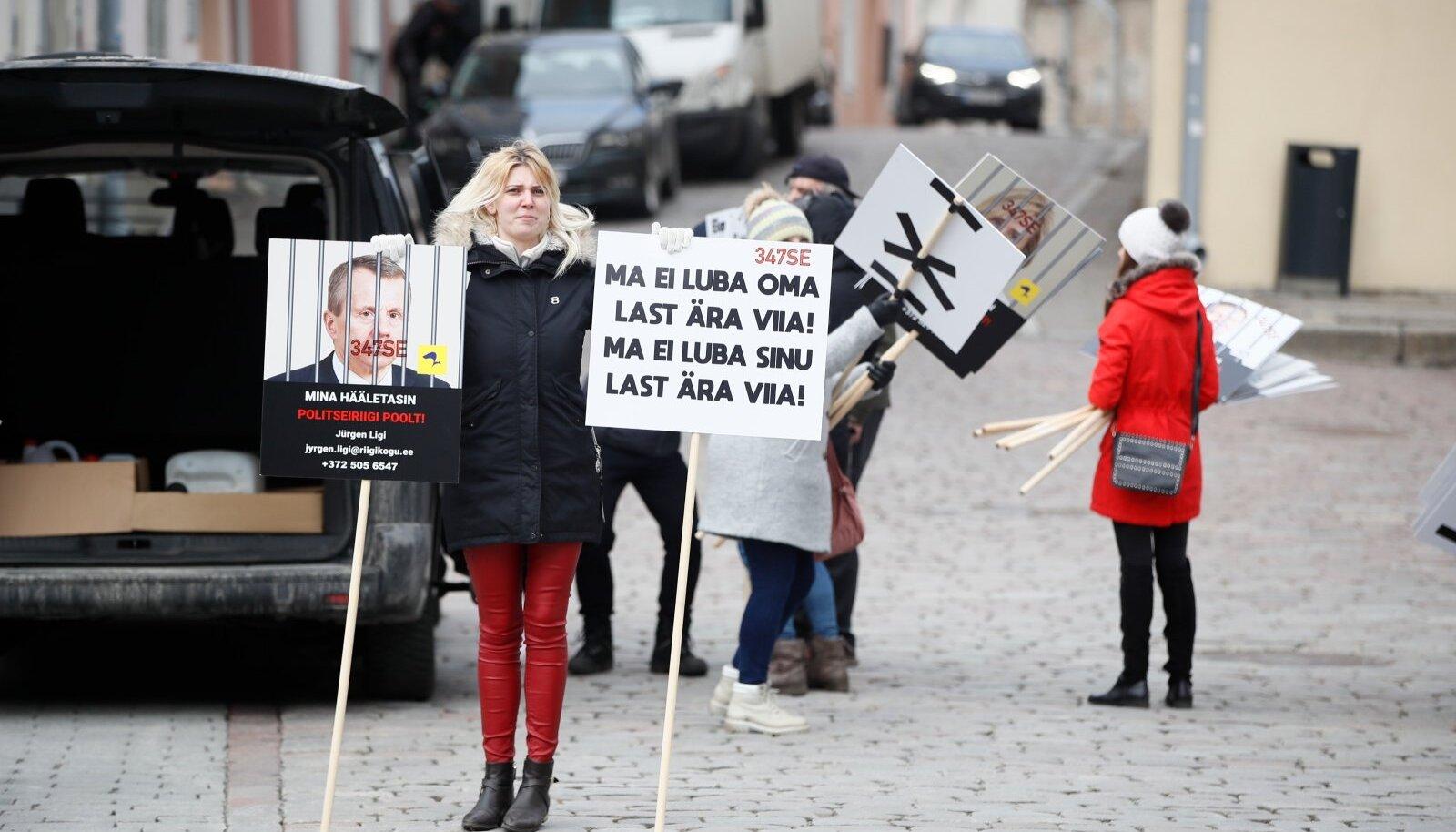 Veidi alla poole küsitletutest eelnõud ei poolda. Osa nende mõttekaaslastest käisid eile Toompeal selle vastu ka protestimas.
