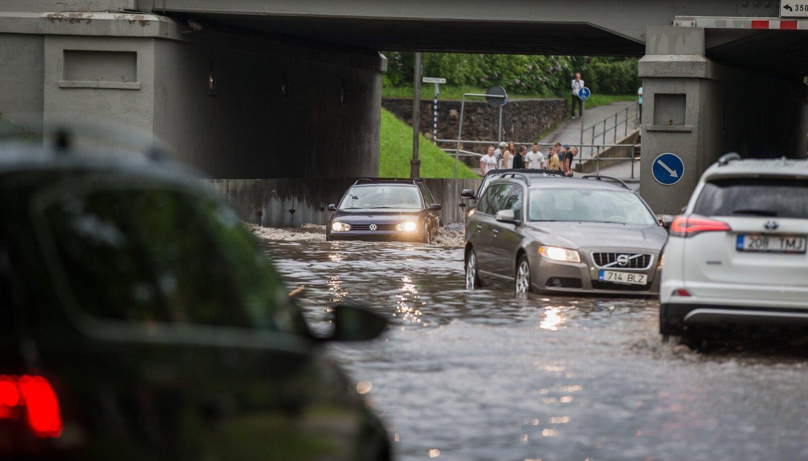 Uputus Tartu tänavatel pärast paduvihma.