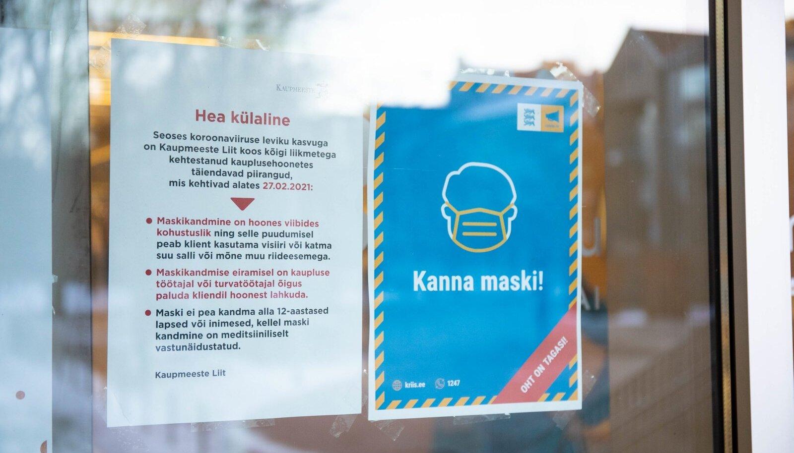 Koroonaviiruse hoiatavad sildid Tartu Kaubamajas