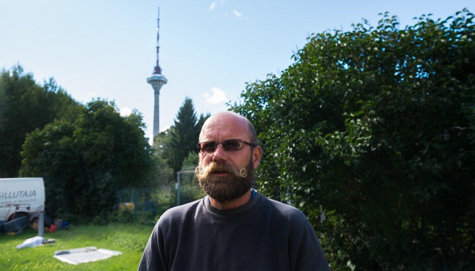 Priidik käis 25 aastat tagasi läbi selja taga asuva metsatuka luuramas, mis torni all täpsemalt toimub. Vaade teletornile kaunistab tema koduhoovi tänaseni.