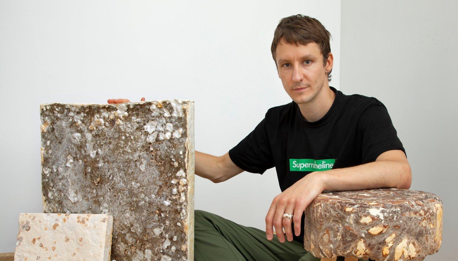 Myceeni üks asutaja Siim Karro näitab, mida seenematerjalist teha saab.
