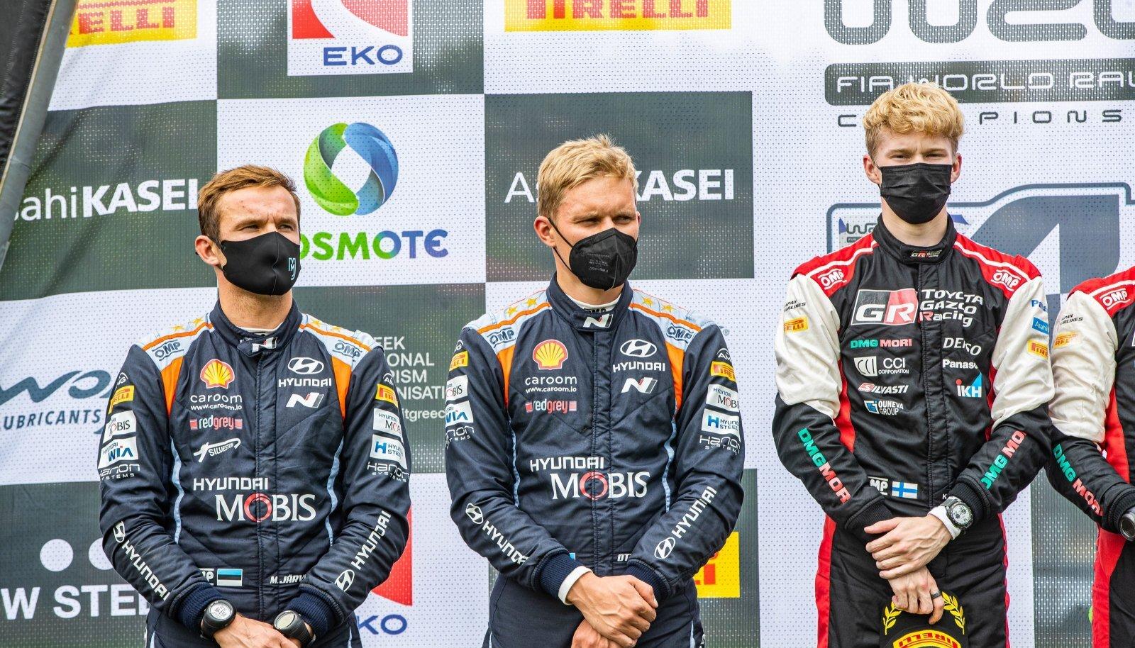 Vasakult: Martin Järveoja, Ott Tänak ja Kalle Rovanperä Kreeka MM-ralli poodiumil.