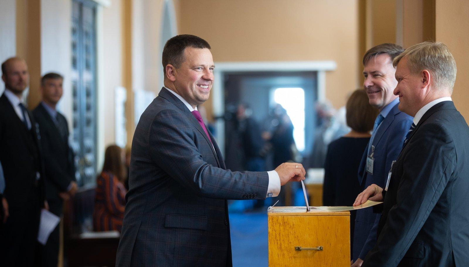 Trall presidendivalimiste ümber parteijuhtide toetusele erilist mõju ei avaldanud ning Jüri Ratas (keskel) on endiselt eelistatuim peaministrikandidaat.