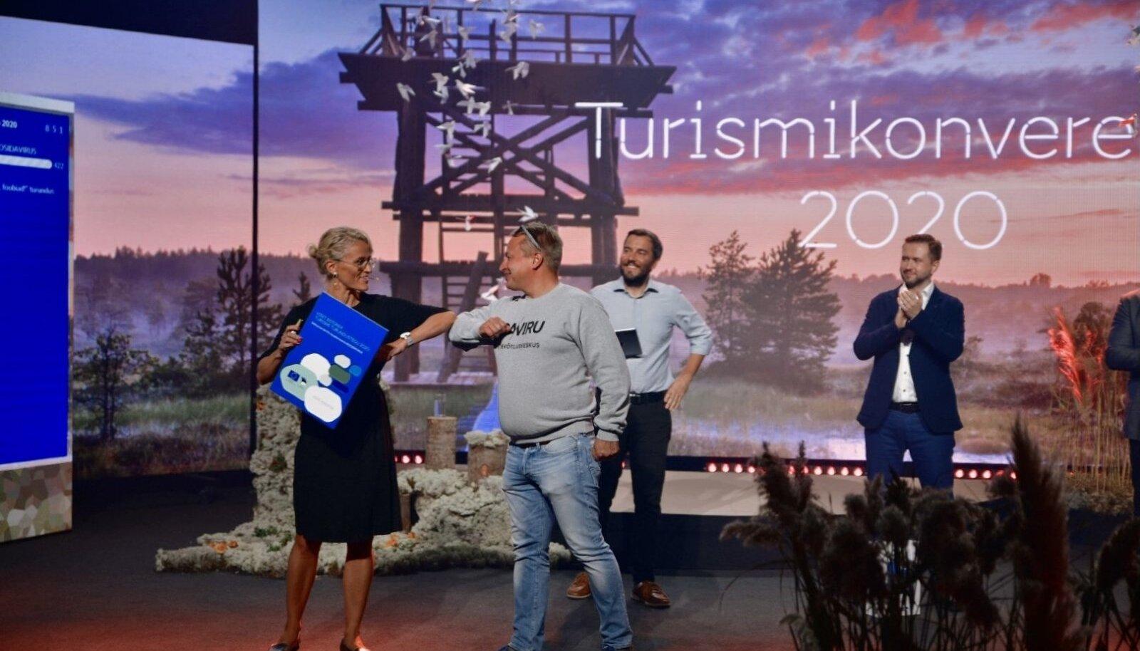 EASi turismiarenduskeskuse direktor Liina Maria Lepik annab üle auhinda, mille võtab vastu Ida-Viru turismiklastri esindaja Meelis Kuusk.
