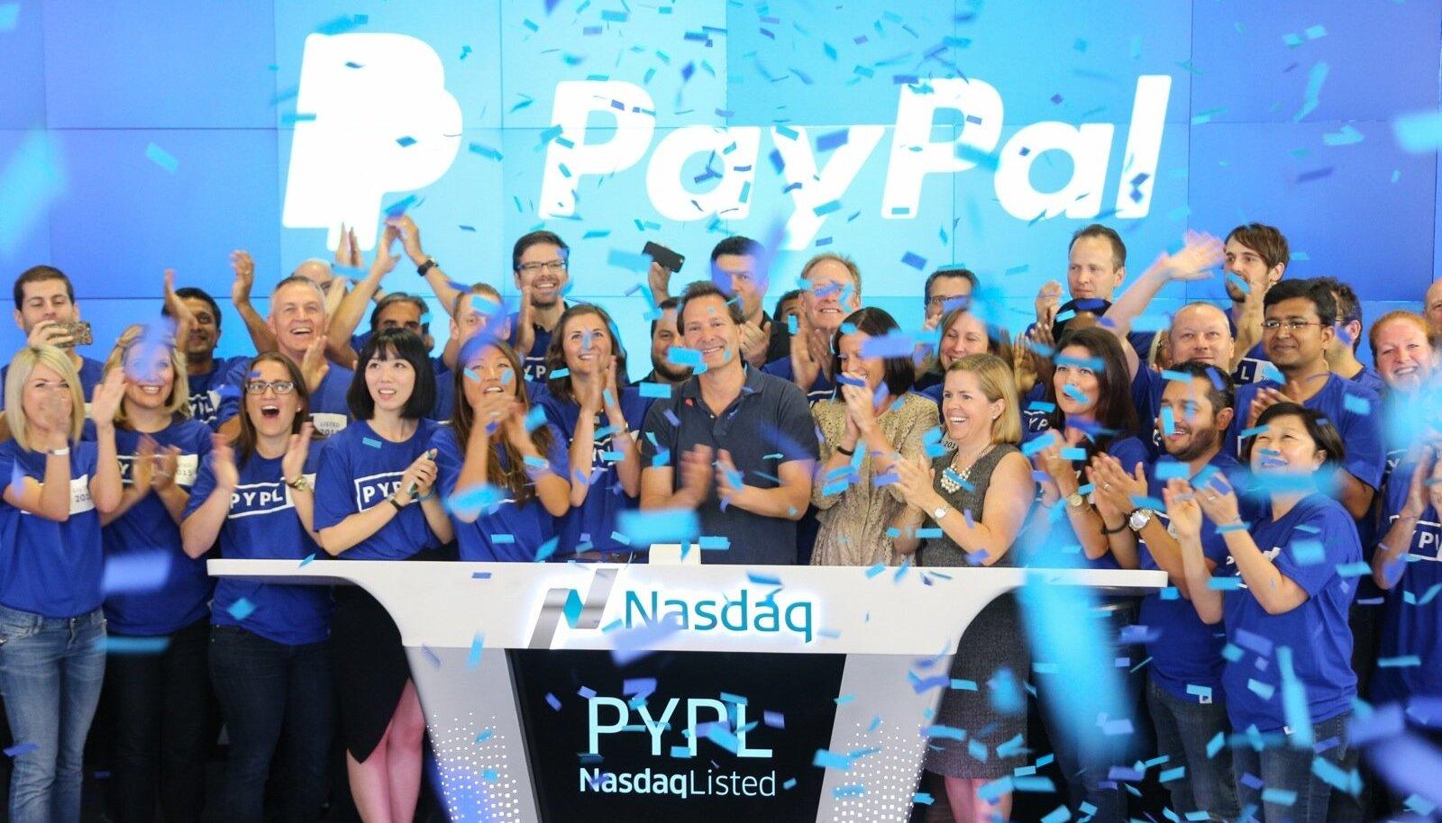 PayPali töötajad ja ettevõtte juht Dan Schulman (keskel) võivad rõõmustada.