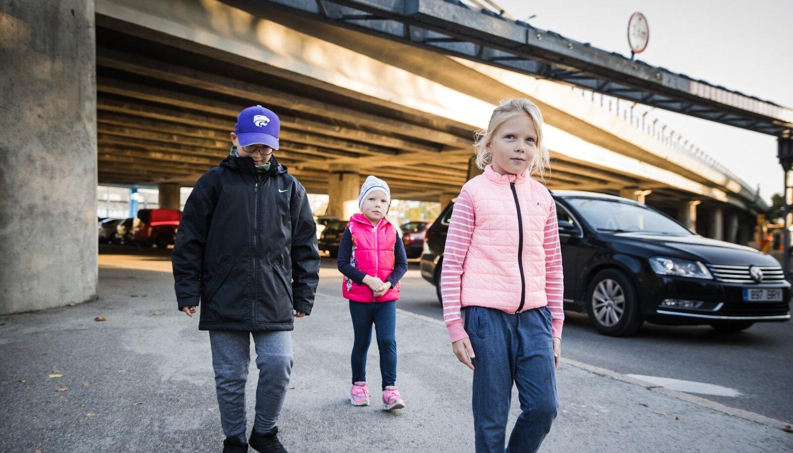 Uues Maailmas elavad lapsed Lennart, Brigitta ja Aurora lähevad igal hommikul viadukti alt kooli, sest nii on kõige turvalisem. Nende vanemad on aga mures, et uus bussiparkla lööb sellegi turvalisuse kõikuma.