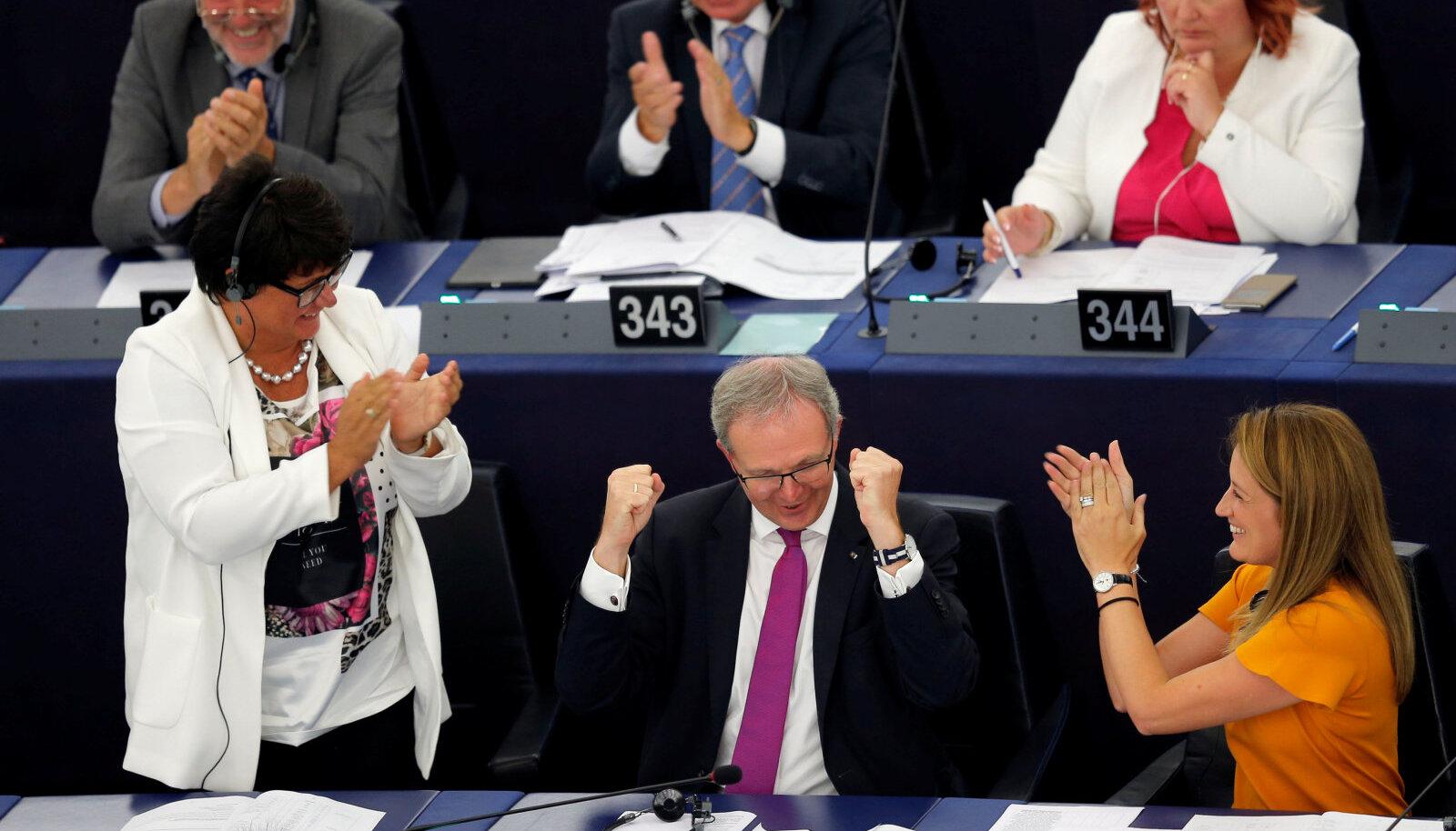 Axel Voss tähistamas pärast üht autoriõigusseaduste muudatuste hääletusvooru