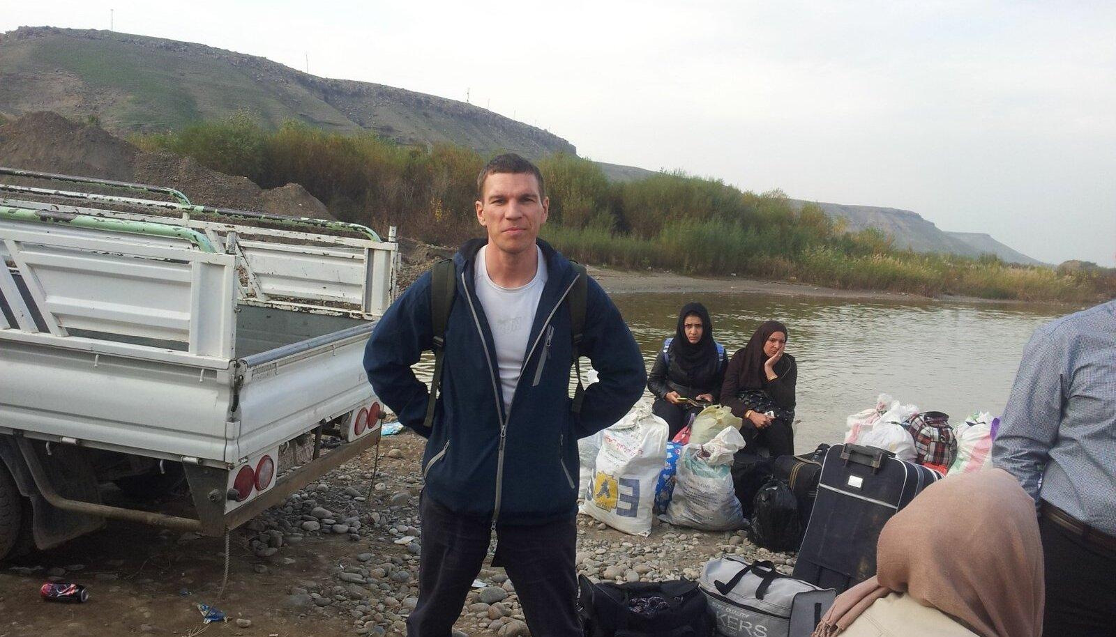 Jalakäijatel tuleb Iraagi ja Süüria piirijõgi paadiga ületada. Iraak on juba loo autori selja taga.