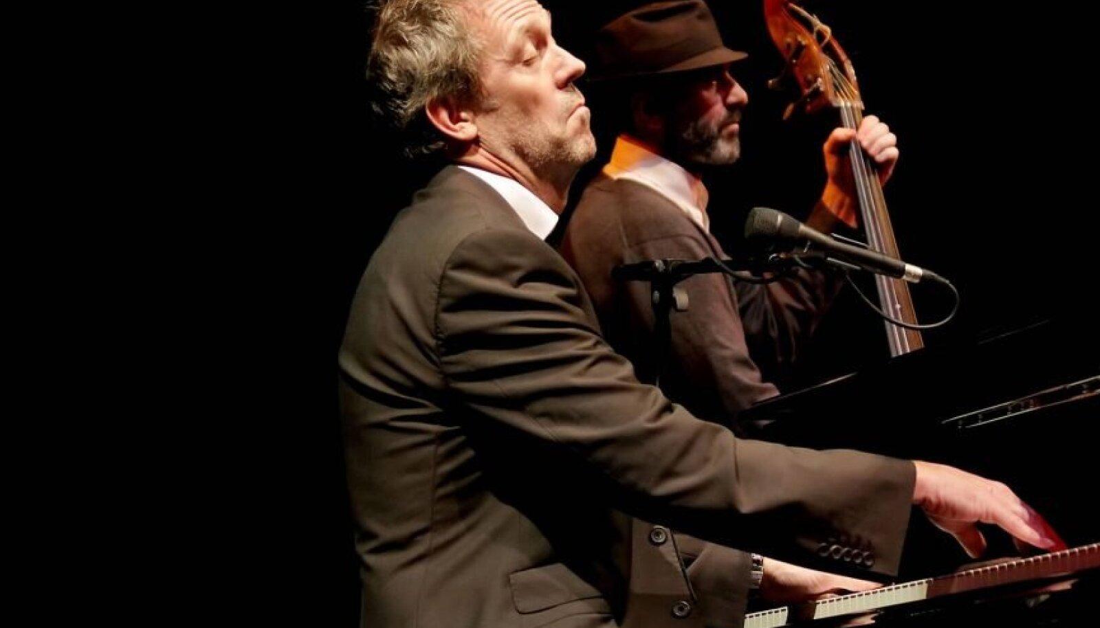 Hugh Laurie on tõeline multitalent, kes teeb sporti, mängib pilli, laulab ja kirjutab