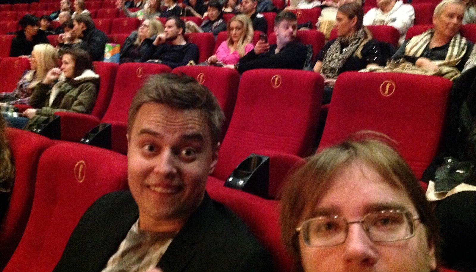 NURKA SURUTUD: Loo autor Dannar Leitmaa (pildil paremas nurgas) koos kaaskannatajaga superfilmi algust ootamas.