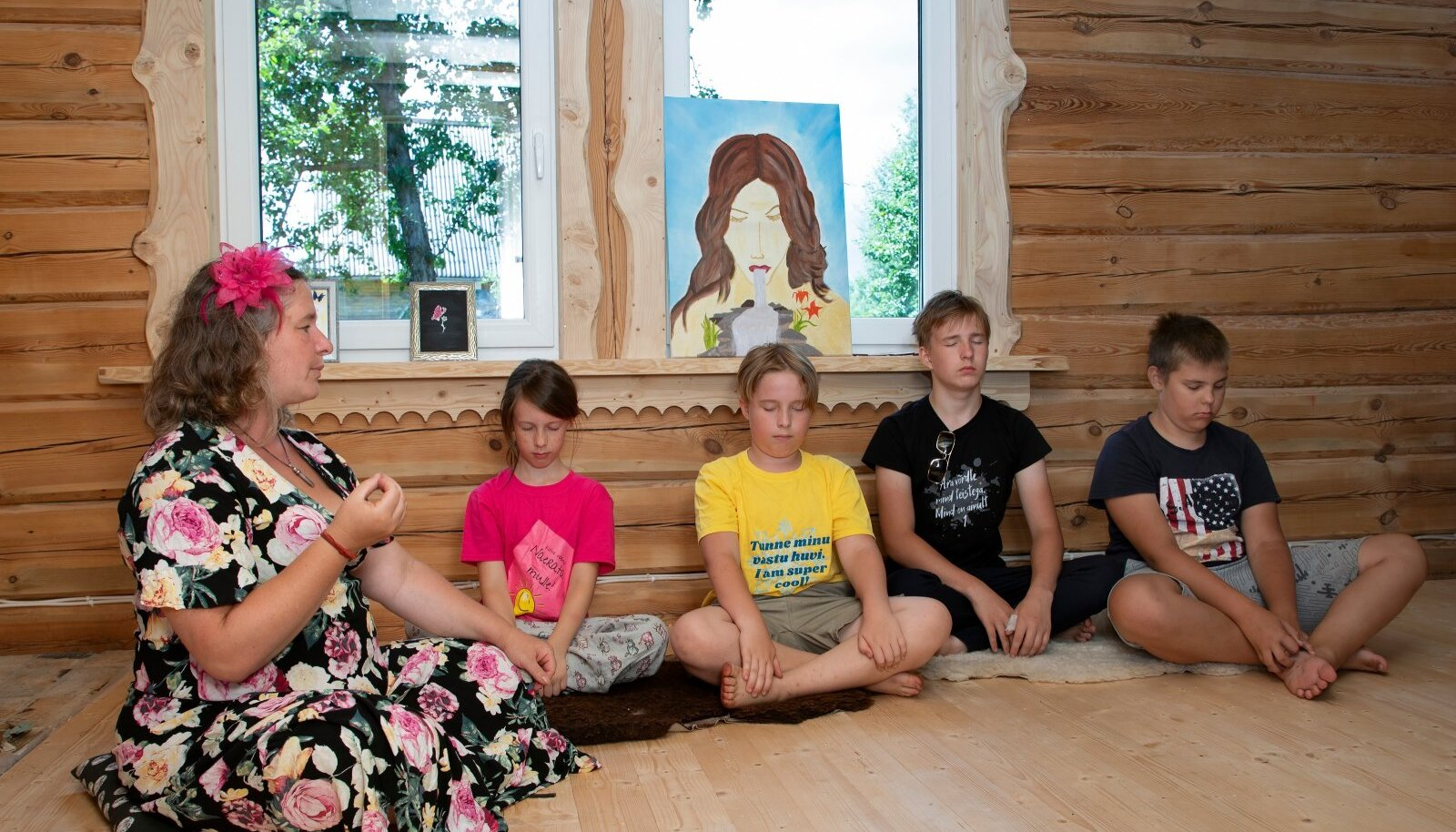 Joogaõpetaja Kertriin näitab ka lastele, kuidas jooga abil oma emotsioone märgata ja tunnustada.