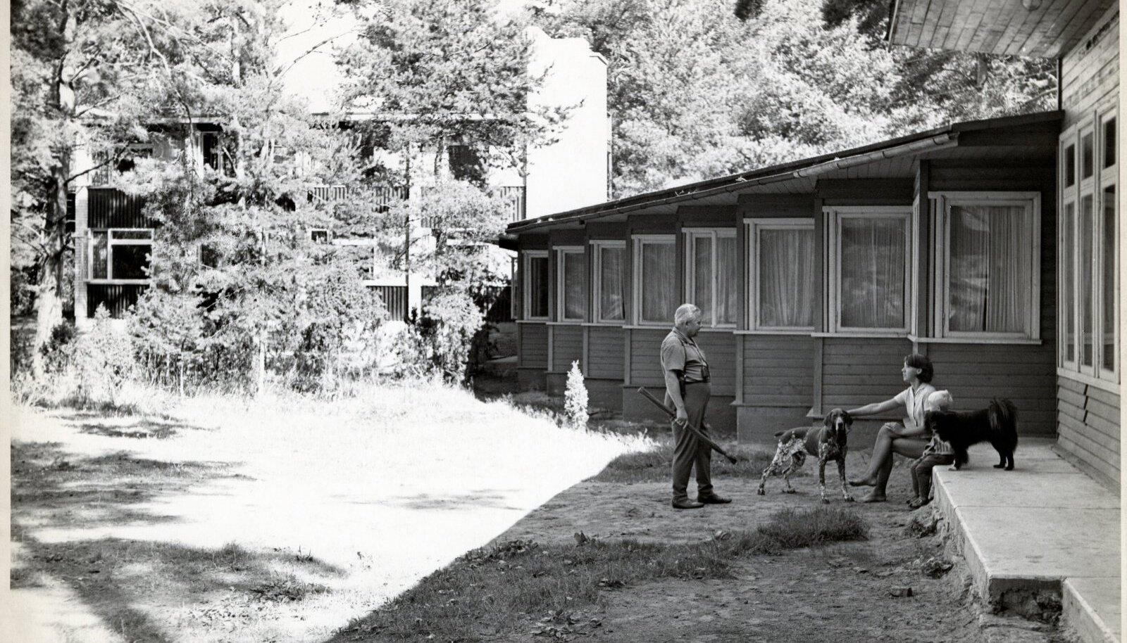Tartu Õlletehase puhkebaasi Rannu külas Võrtsjärve ääres projekteeris arhitekt Raul-Levroit Kivi 1960. aastal. Tegu on ühe esimese asutuse puhkebaasiga Eestis.