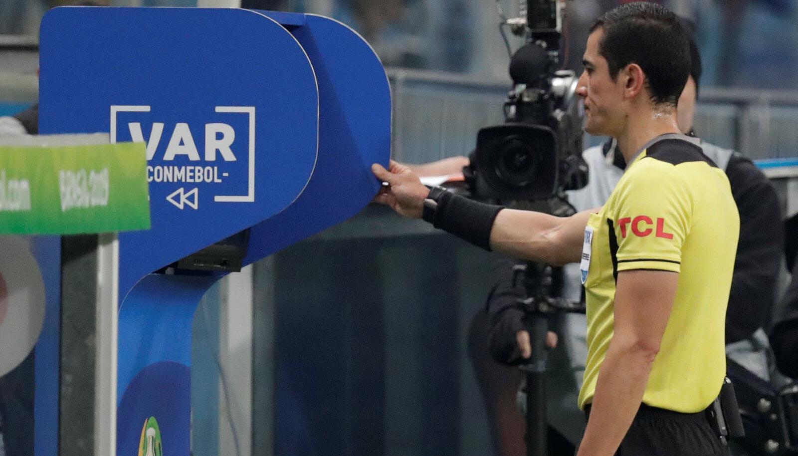 Kohtunik Javier Rojas vaatab üle penaltiolukorda.