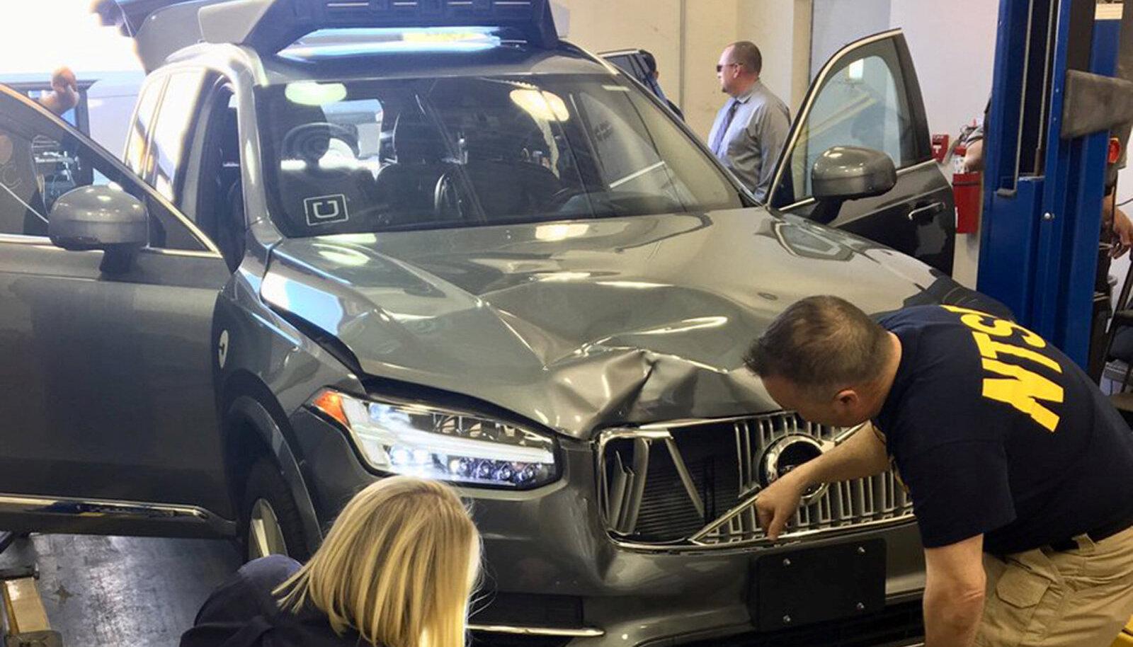 NTSB eksperdid Herzbergi surnuks sõitnud Volvot uurimas.