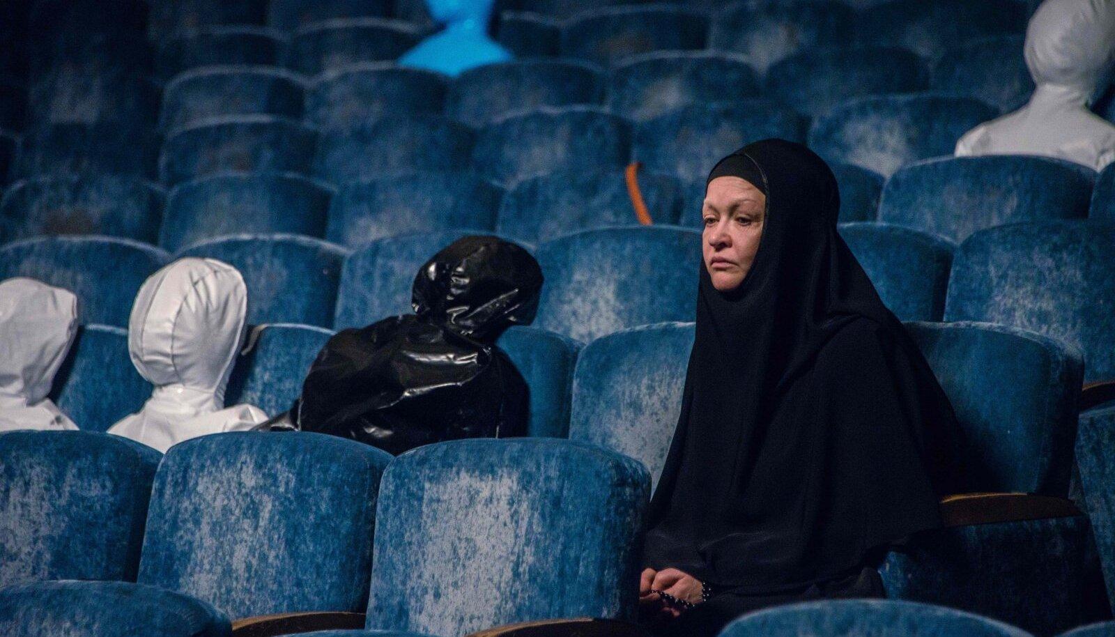 """NAASEB KLOOSTRIST SÜNDMUSPAIKA: Nataša (Natalja Pavlenkova) korraldab vaatamata ametnike vastuseisule Dubrovkas pantvangikriisi mälestusürituse. """"Konverentsi"""" kaastootjariikide hulka kuulub muide ka Eesti ja see on auhindu võitnud nii Kairo, Riia, Sevilla kui ka teistel rahvusvahelistel festivalidel."""