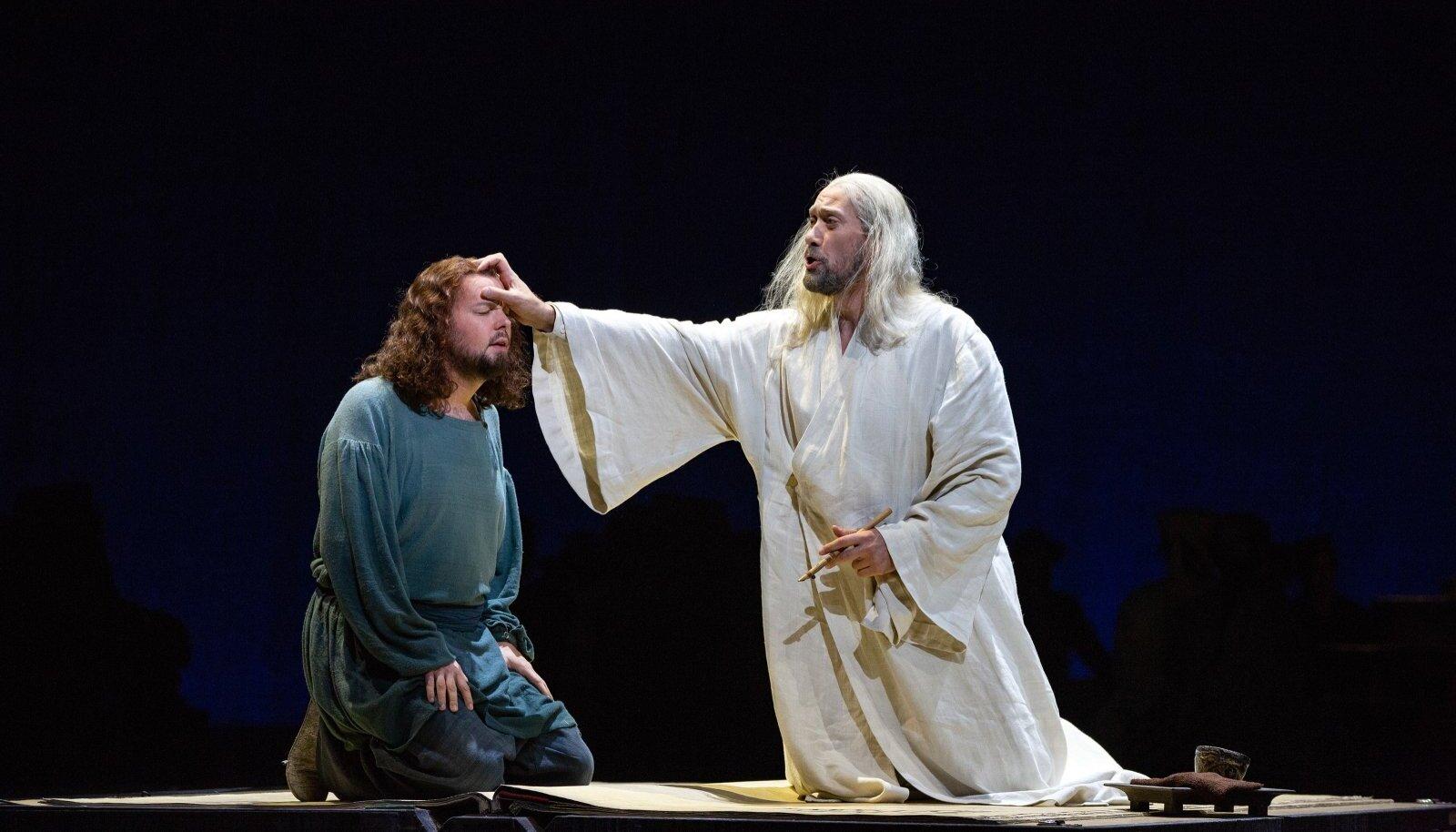 Ain Angeri kroonikmunk Pimen ärgitab Grigorit end kujutlema Vale-Dmitrina, kes esitab tsaarile väljakutse. Sellega käivitab Pimen ooperi põhiliini. Kui Anger lavale ilmus, sai lauldavast vene keelest tõesti vene keel.