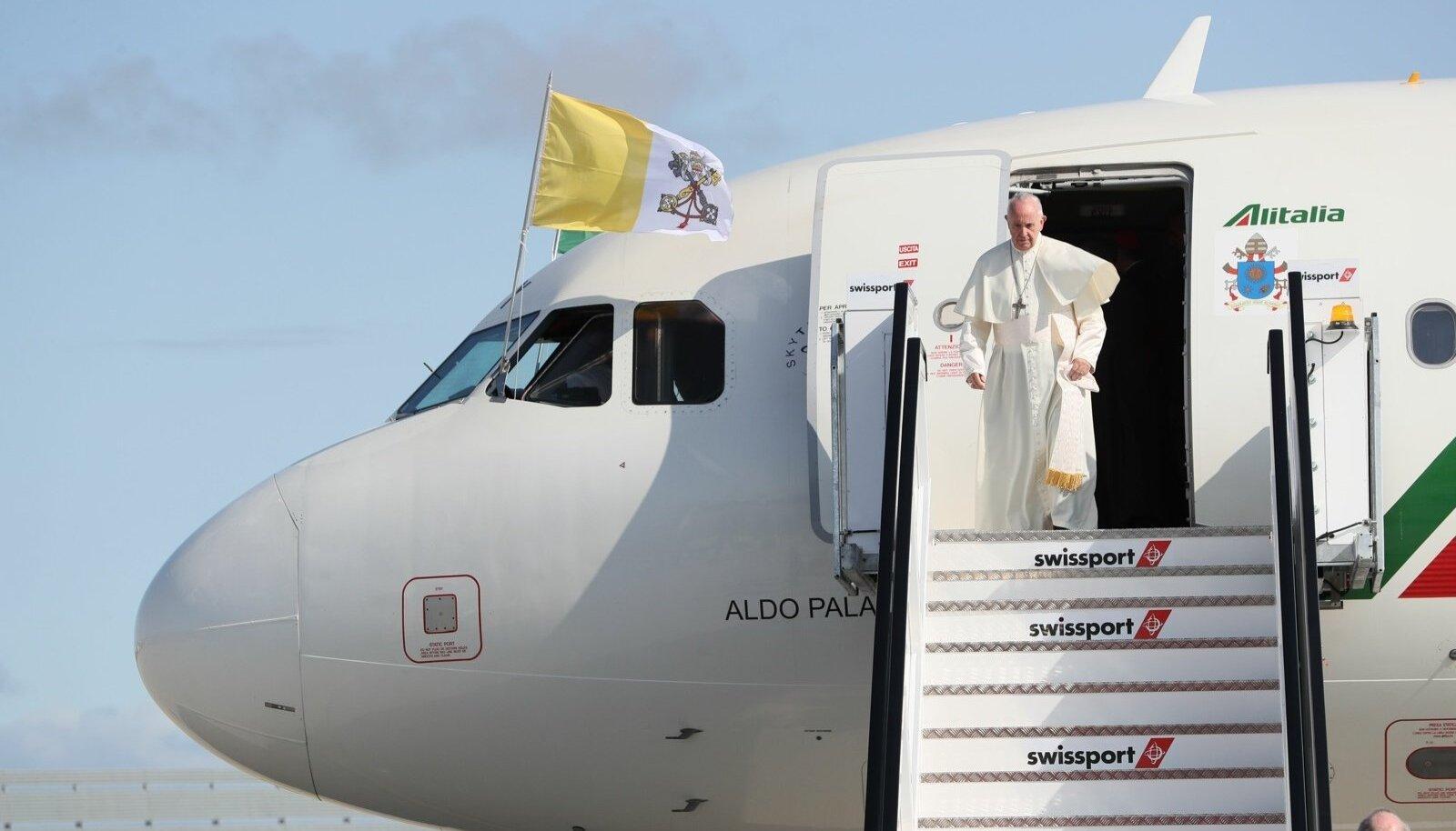 Paavst saabub Iirimaale. Lennukil lehvib valge-kuldne Vatikani lipp.