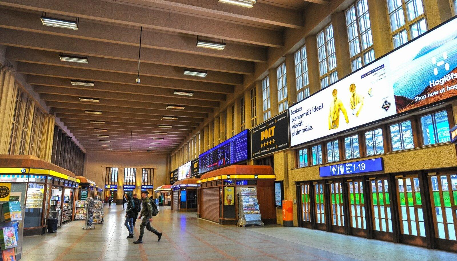 Aasta tagasi olid kaubanduskeskused Helsingis suletud. Täna on need küll lahti, kuid üldjuhul suhtutakse maskikandmisesse ükskõikselt.