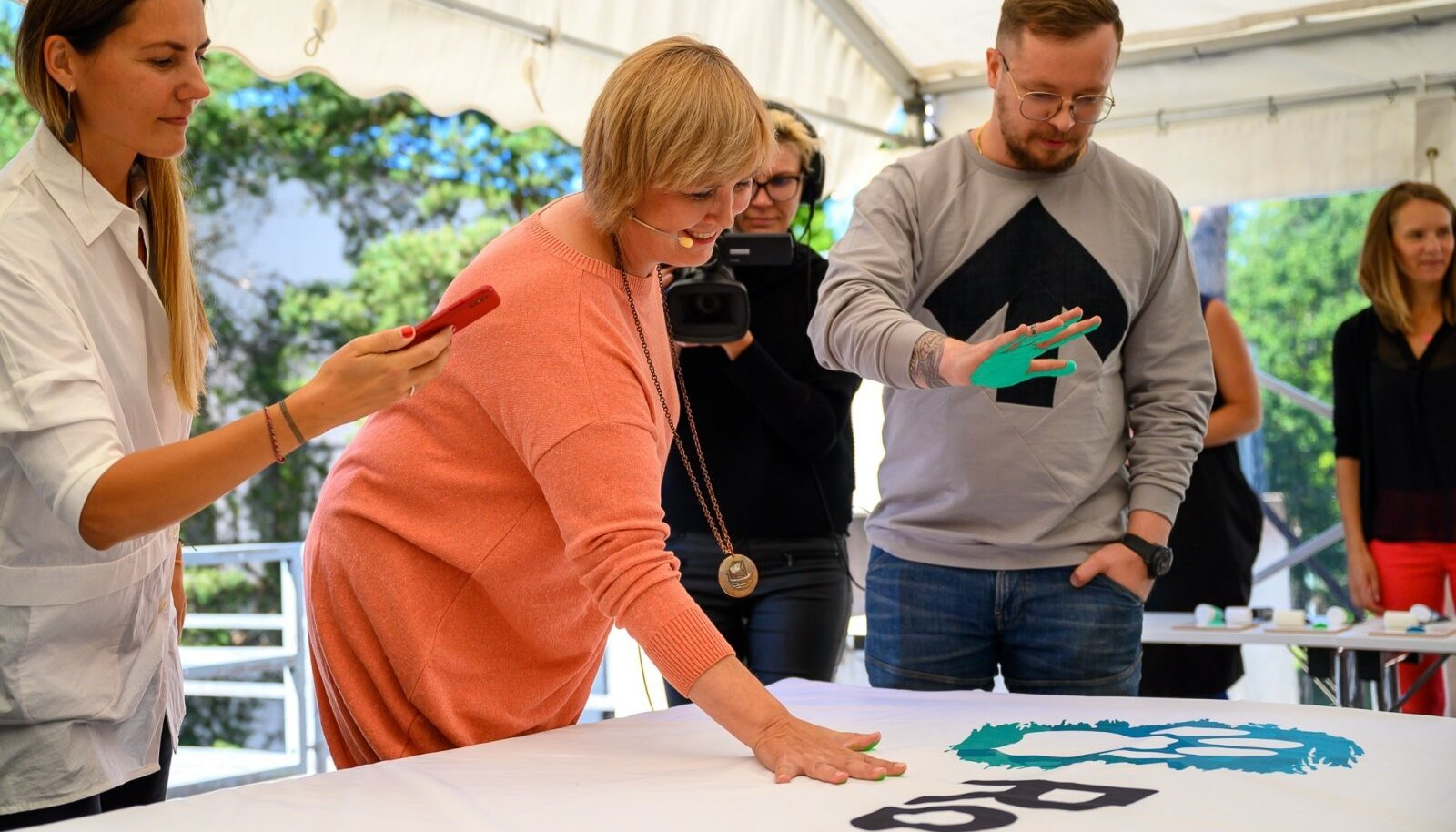 Eva Truuverk ja Mihkel Tammo vajutasid Rohetiigri plakatile rohelised käejäljed.