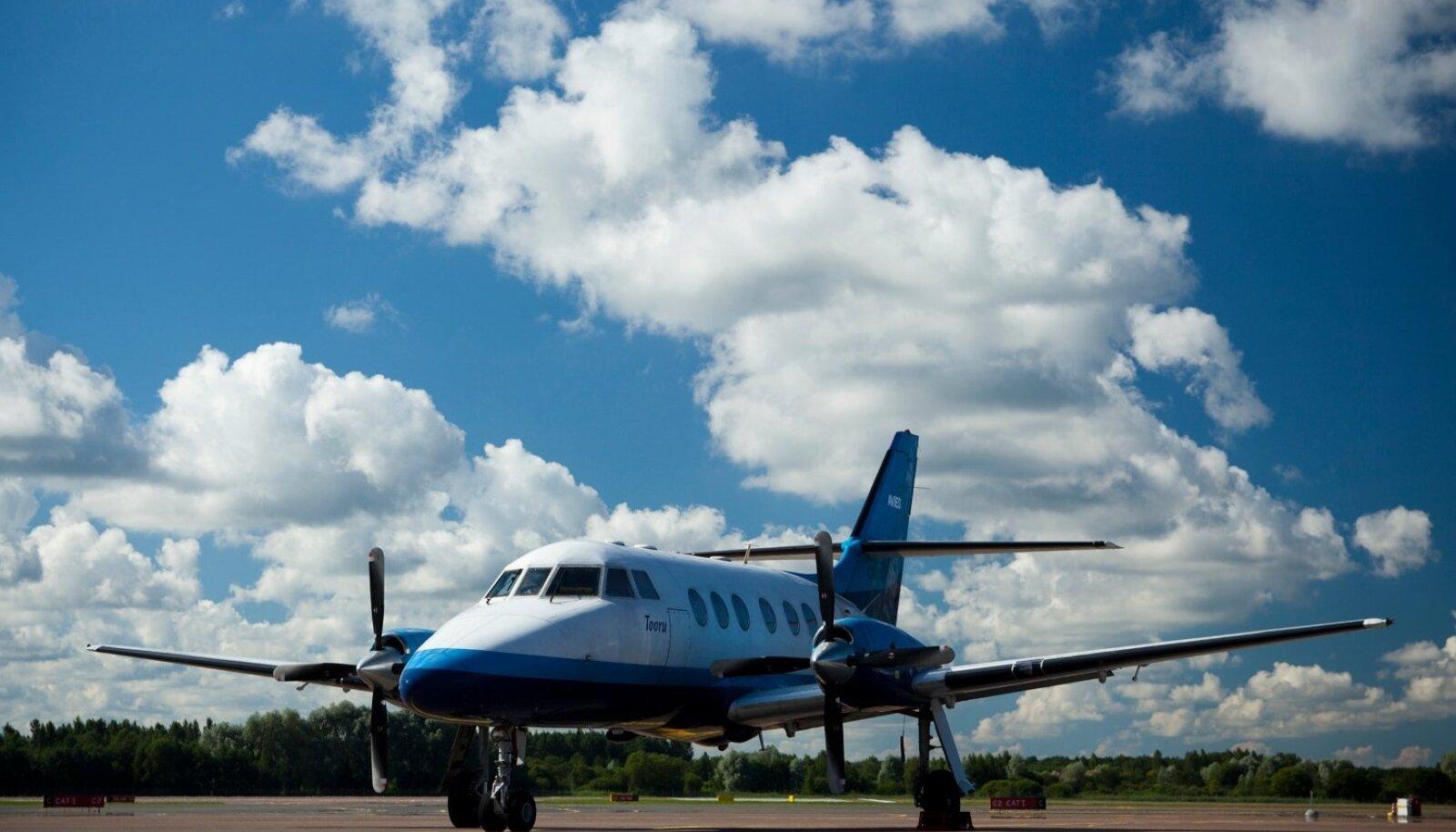 Varem sõitis saarte vahel Avies, kuid neilt võttis lennuamet ajutiselt loa ja nüüd otsib ministeerium uut lendajat.