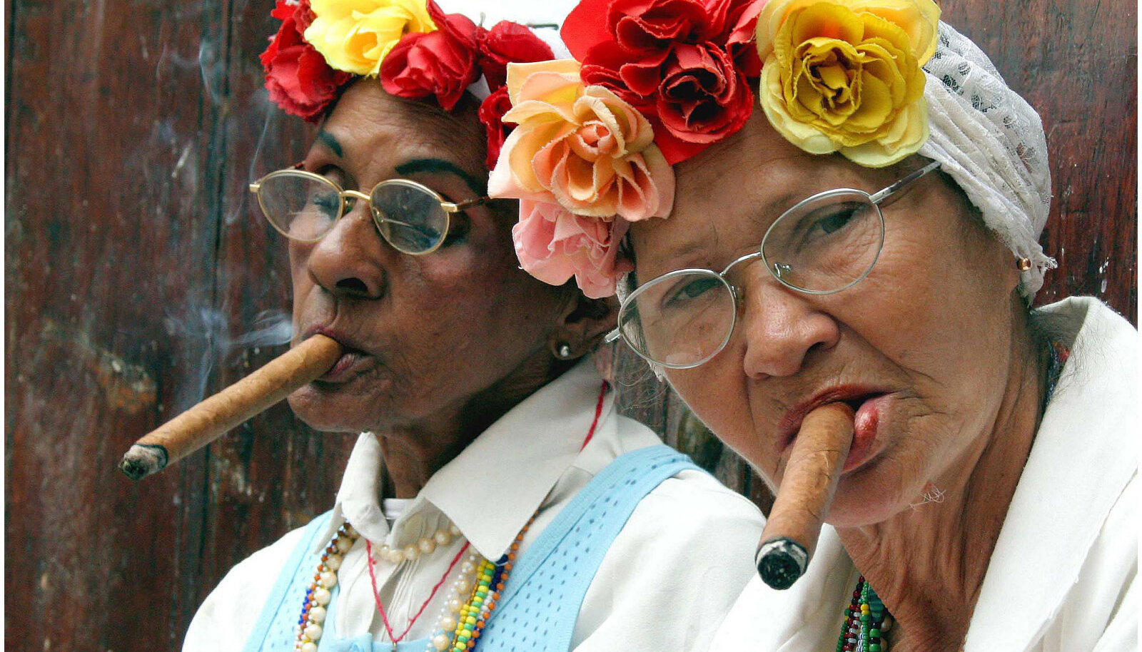 Avalikus kohas suitsetamise keeldu hakati Kuubas juurutama alles 2005, sigarid on seal ka naiste seas levinud. https://jazzinphoto.files.wordpress.com/