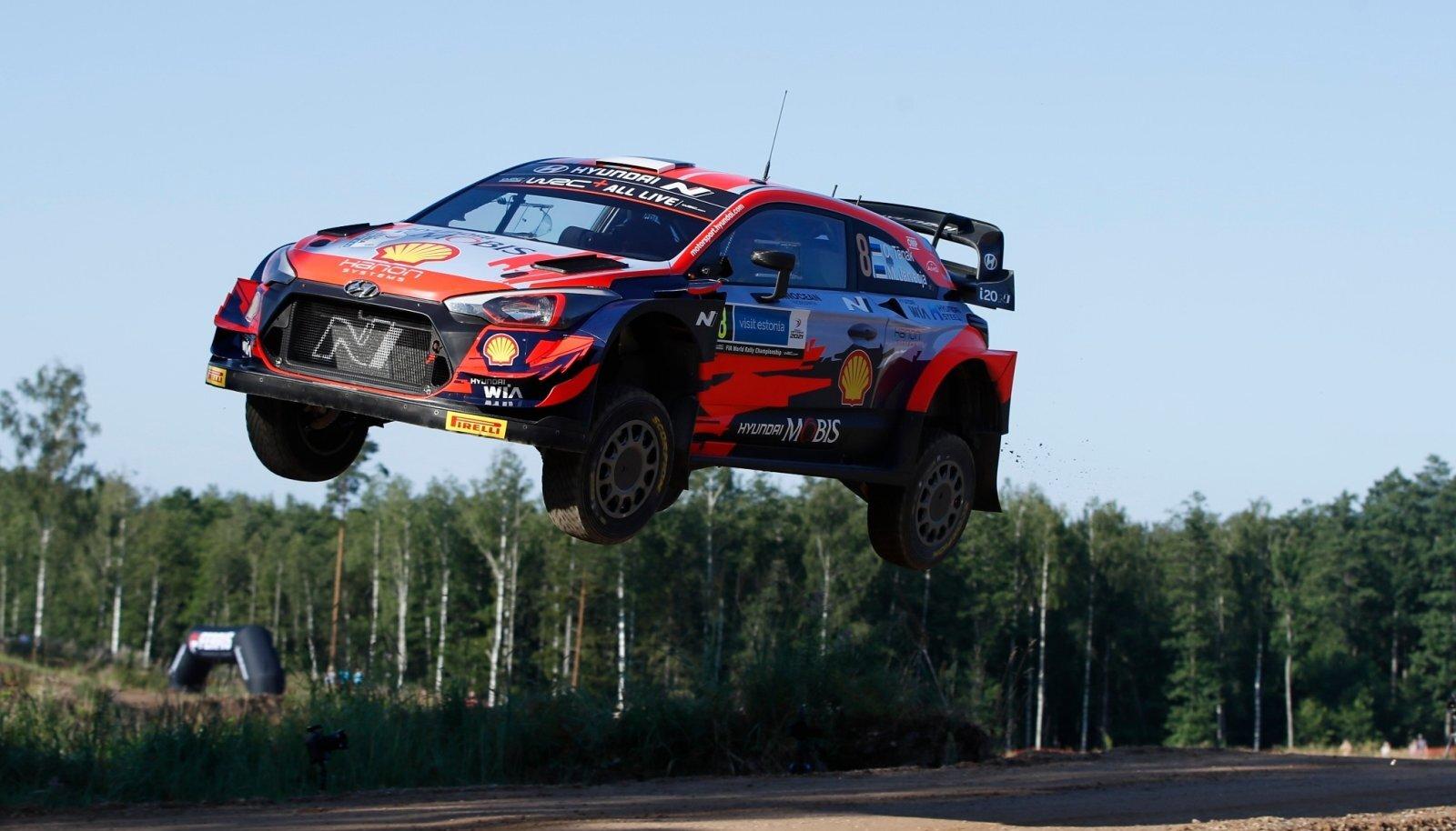 Kuigi midagi püüda enam polnud, näitasid Ott Tänak ja Martin Järveoja fännidele kiiret sõitu ja lennukaid hüppeid.