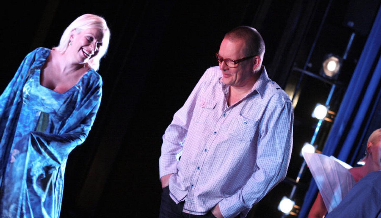 Erna Villmeri osatäitja Helen Lokuta koos ooperi lavastaja Peeter Jalakaga proovis